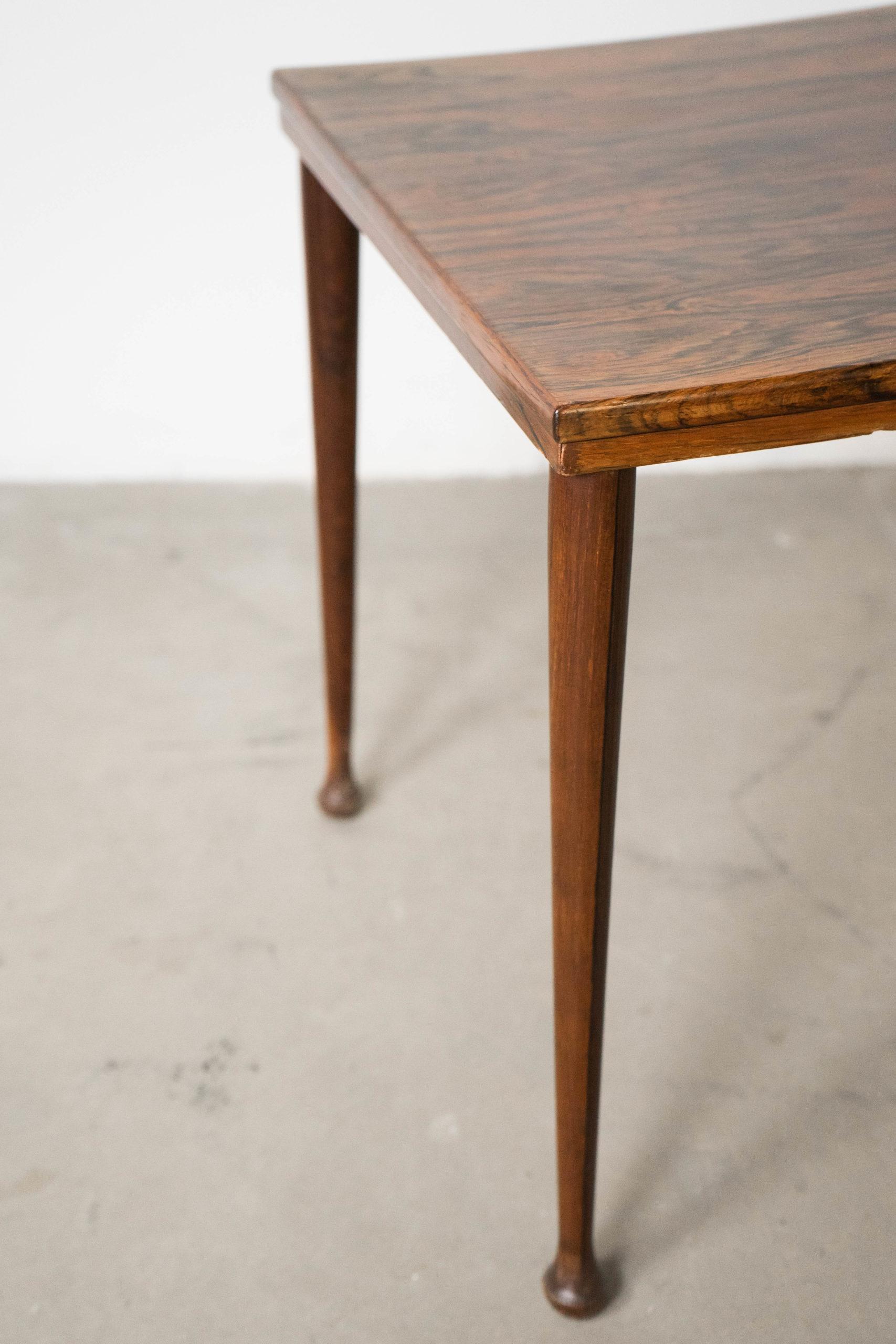 mesa cuadrada de madera de palosanto