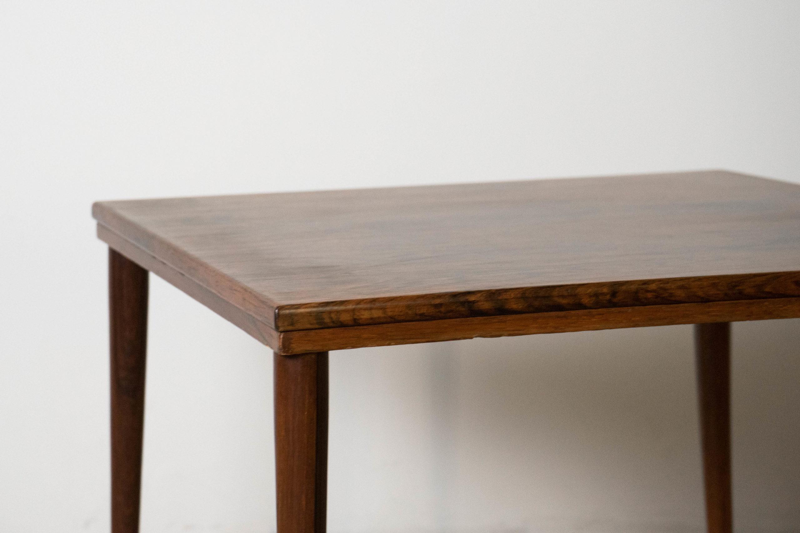 mesa cuadrada de madera detalle de canto