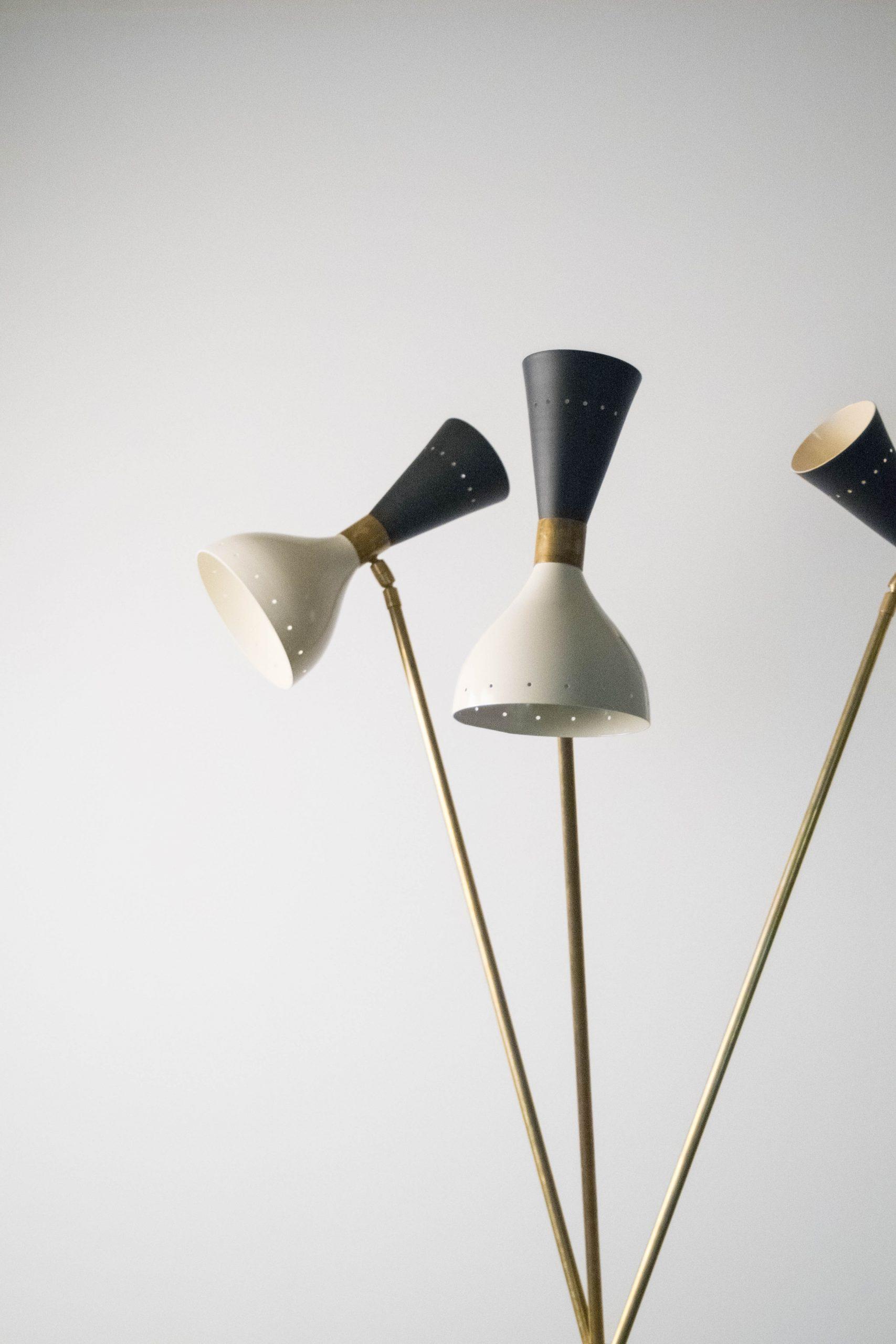 lampara de pie de laton tripode blanca y negra