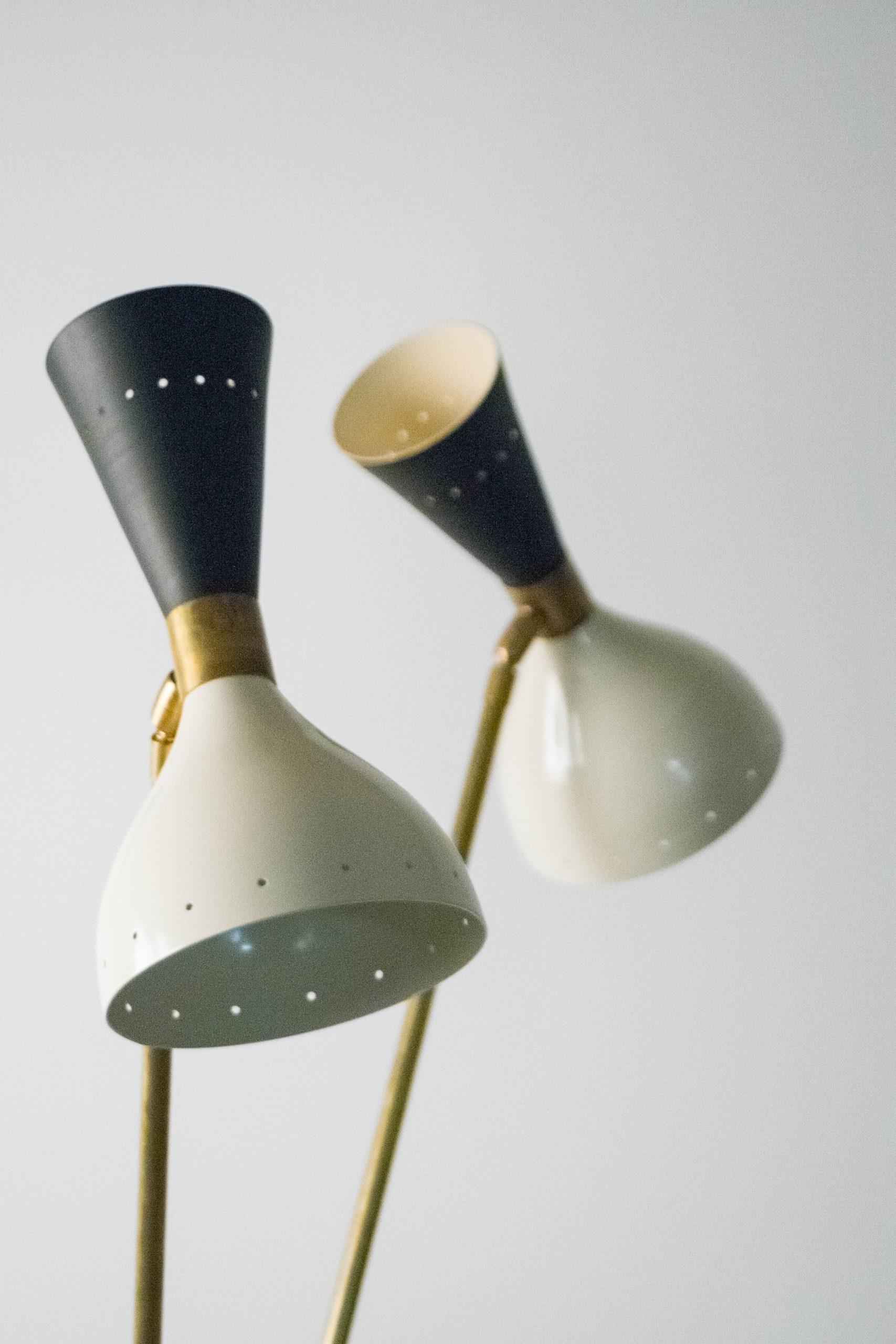 lampara de pie de diseño lacada italiana de laton elegante de salon