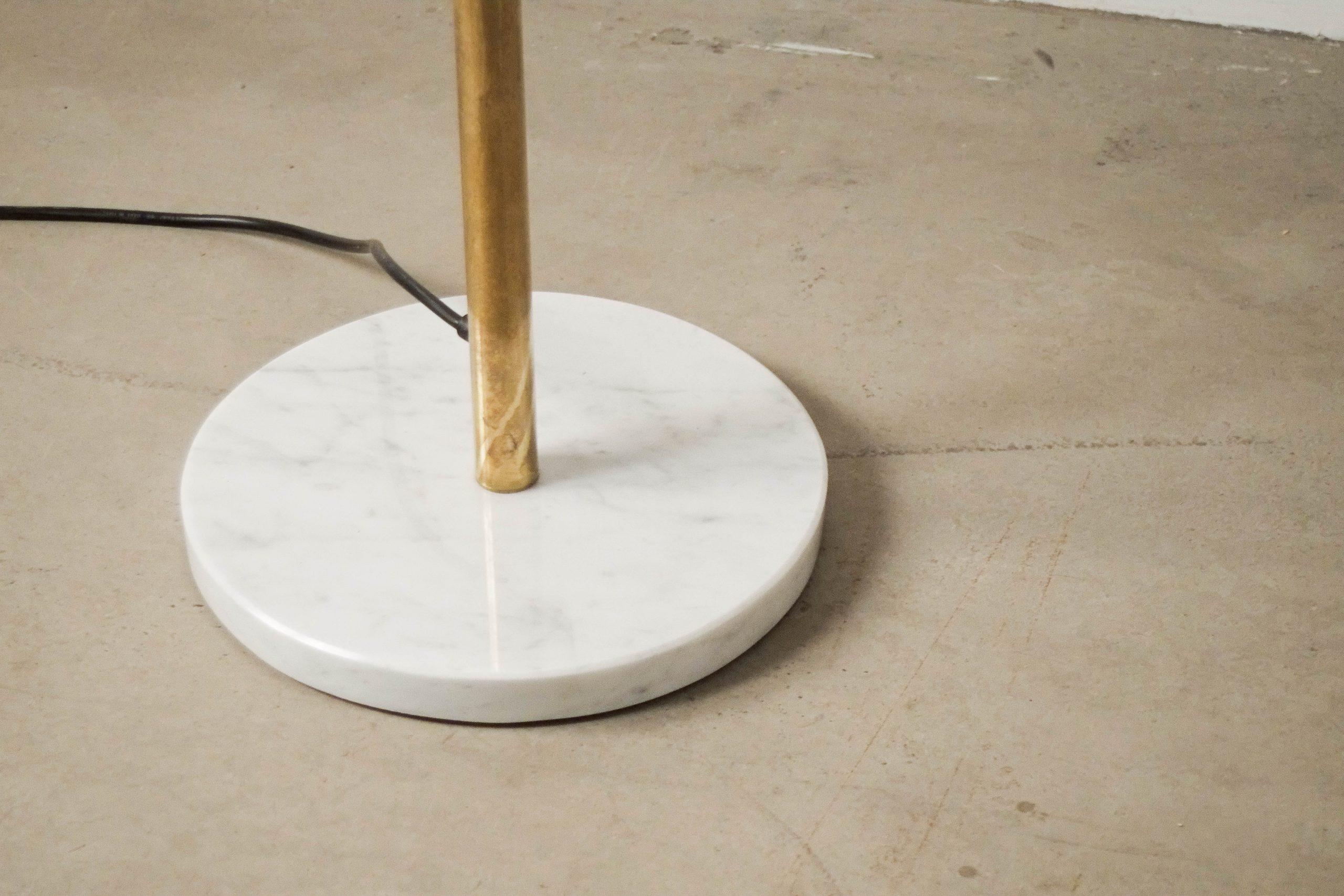 lampara de pie de laton pie de marmol blanco de metal italia italiana diseño