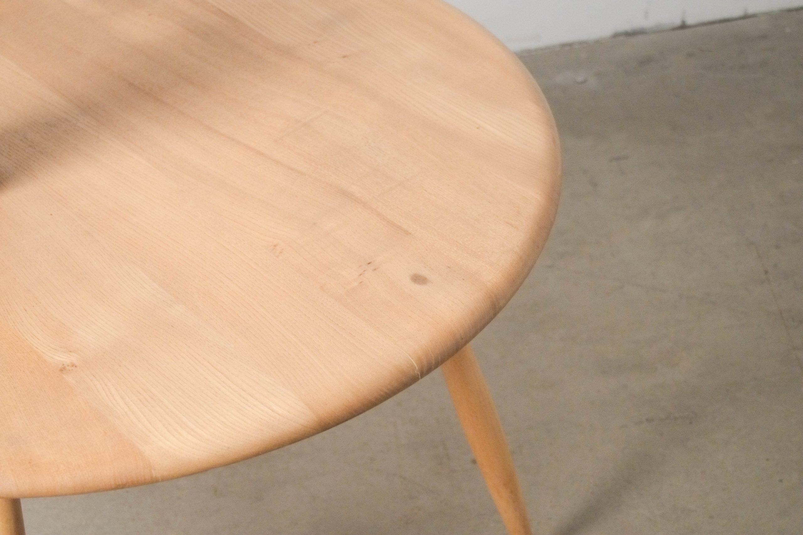 detalle de ebanisteria ercol calidad mesa de salon mesita auxiliar