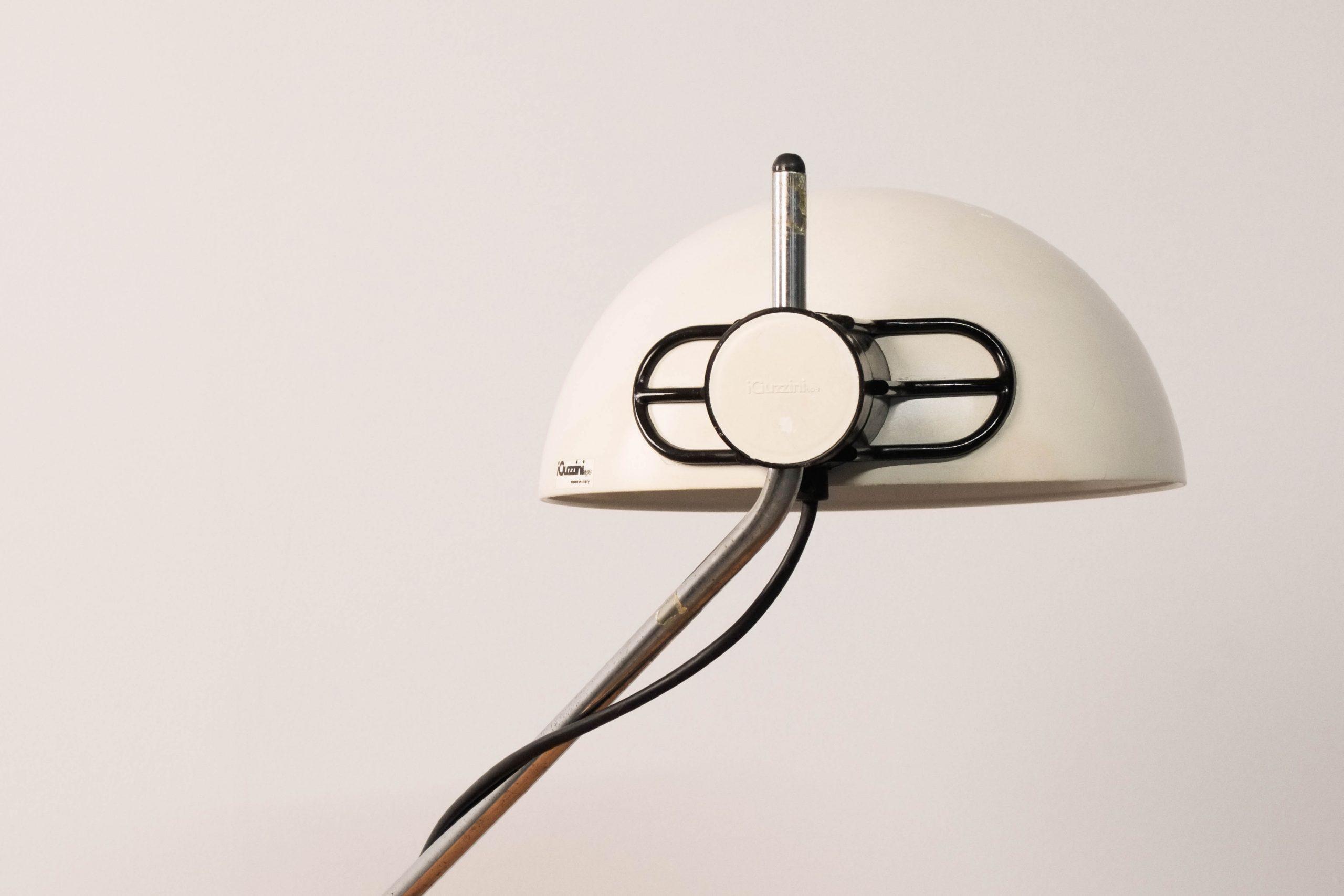 lampara de mesa de diseño metalica italiana guzzini de diseño