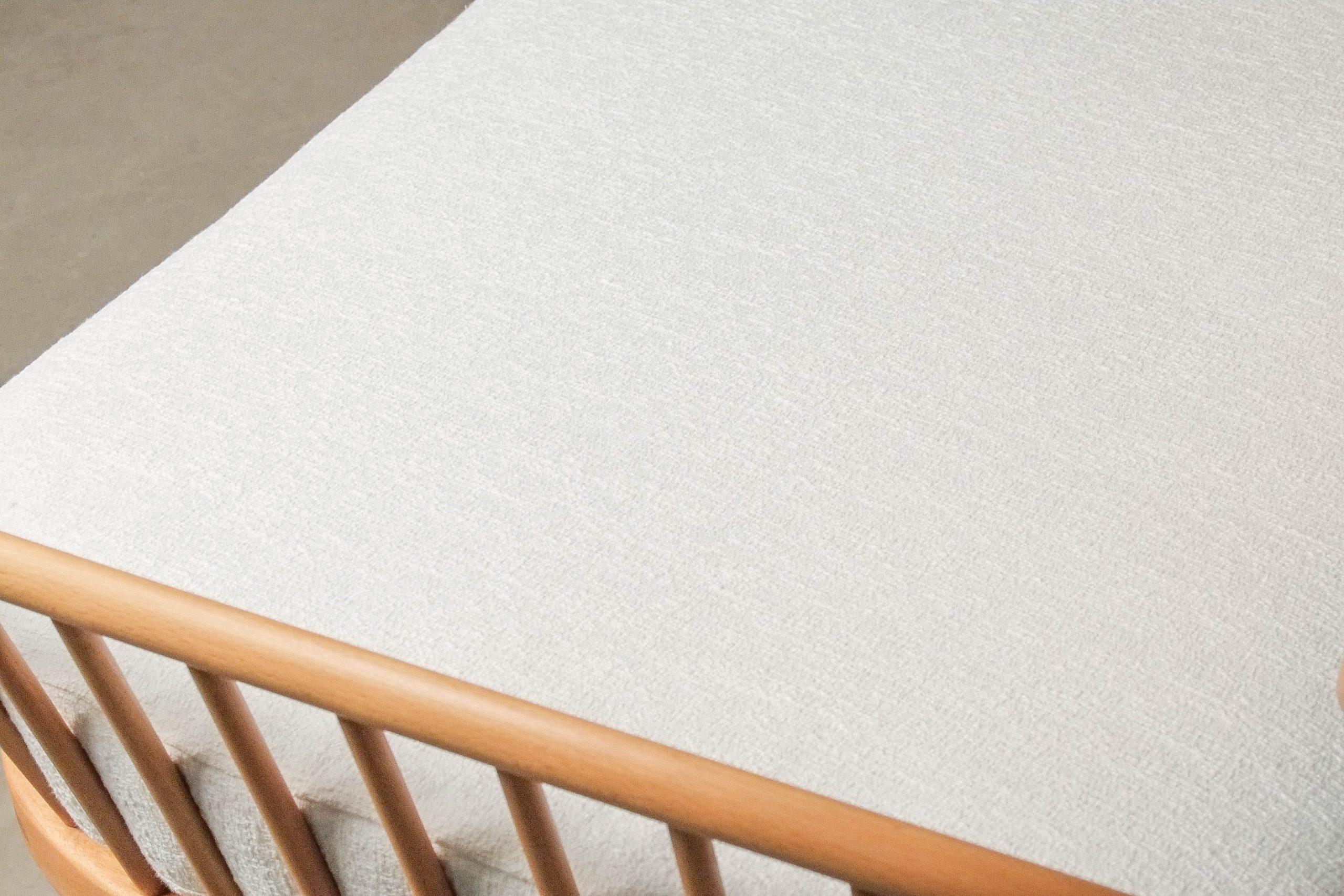 sofa ercol de diseño de madera maciza de calidad
