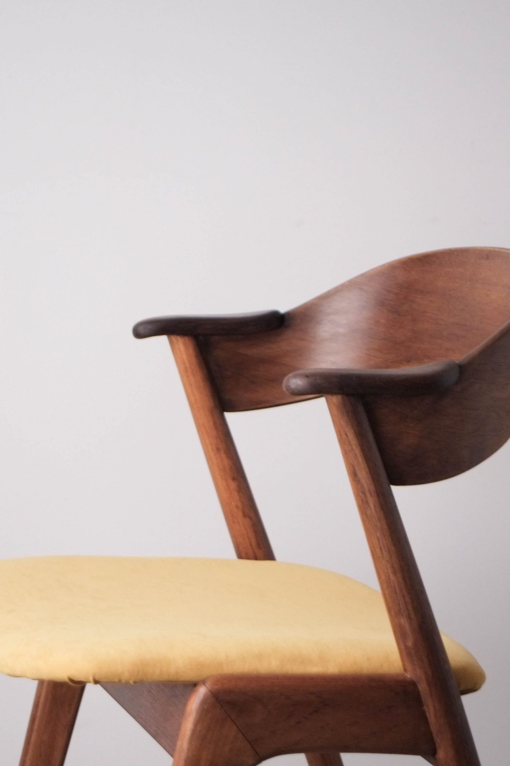 diseño kai kristiansen tapizado mostaza comedor salon silla
