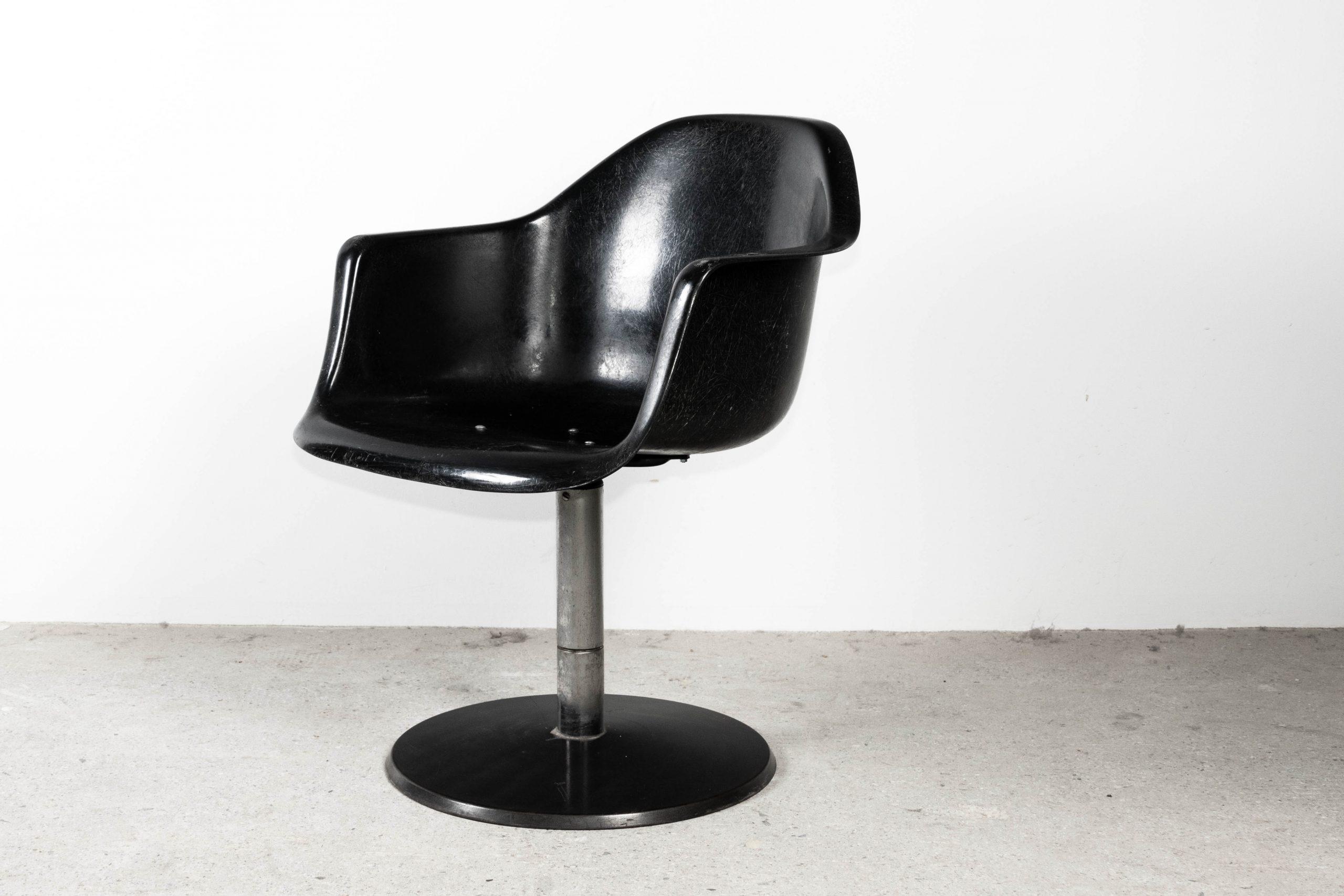 silla butaca eames negra fibra de vidrio diseño mid century giratoria reunion