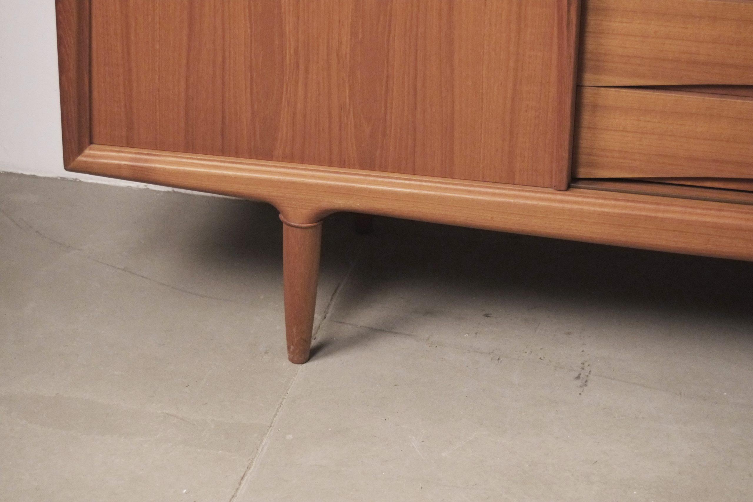 detalle de aparador vintage años 60 de madera de teca salon