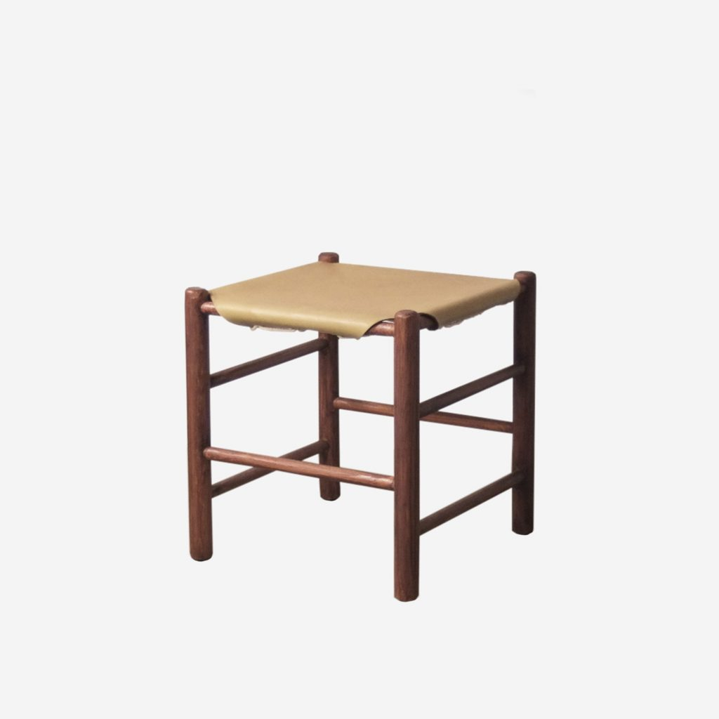 taburete de madera y piel tensada comodo confortable de cocina
