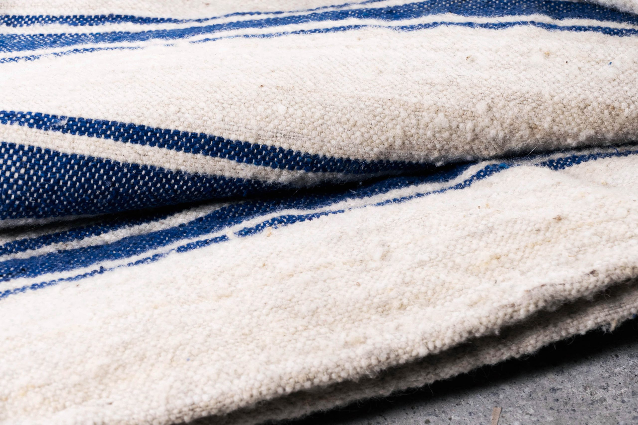 alfombra pepita lana azul marroqui de color azul