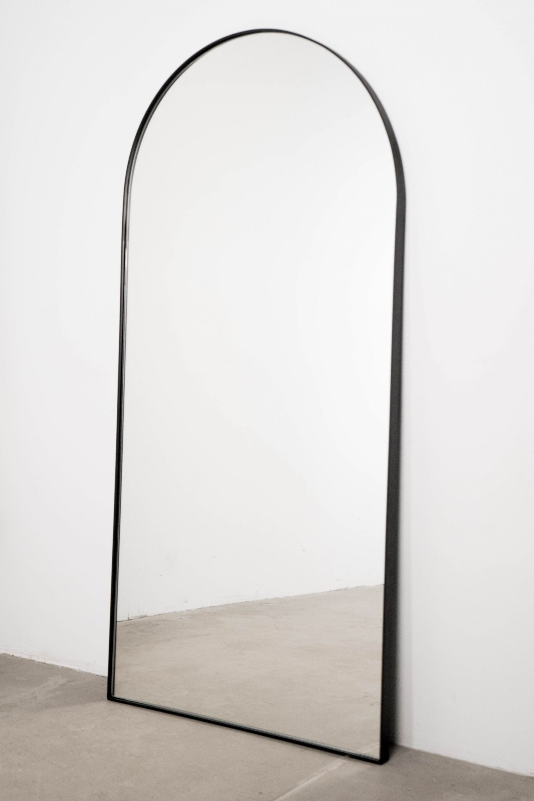 espejo de pie alto redondeado bonito de salon