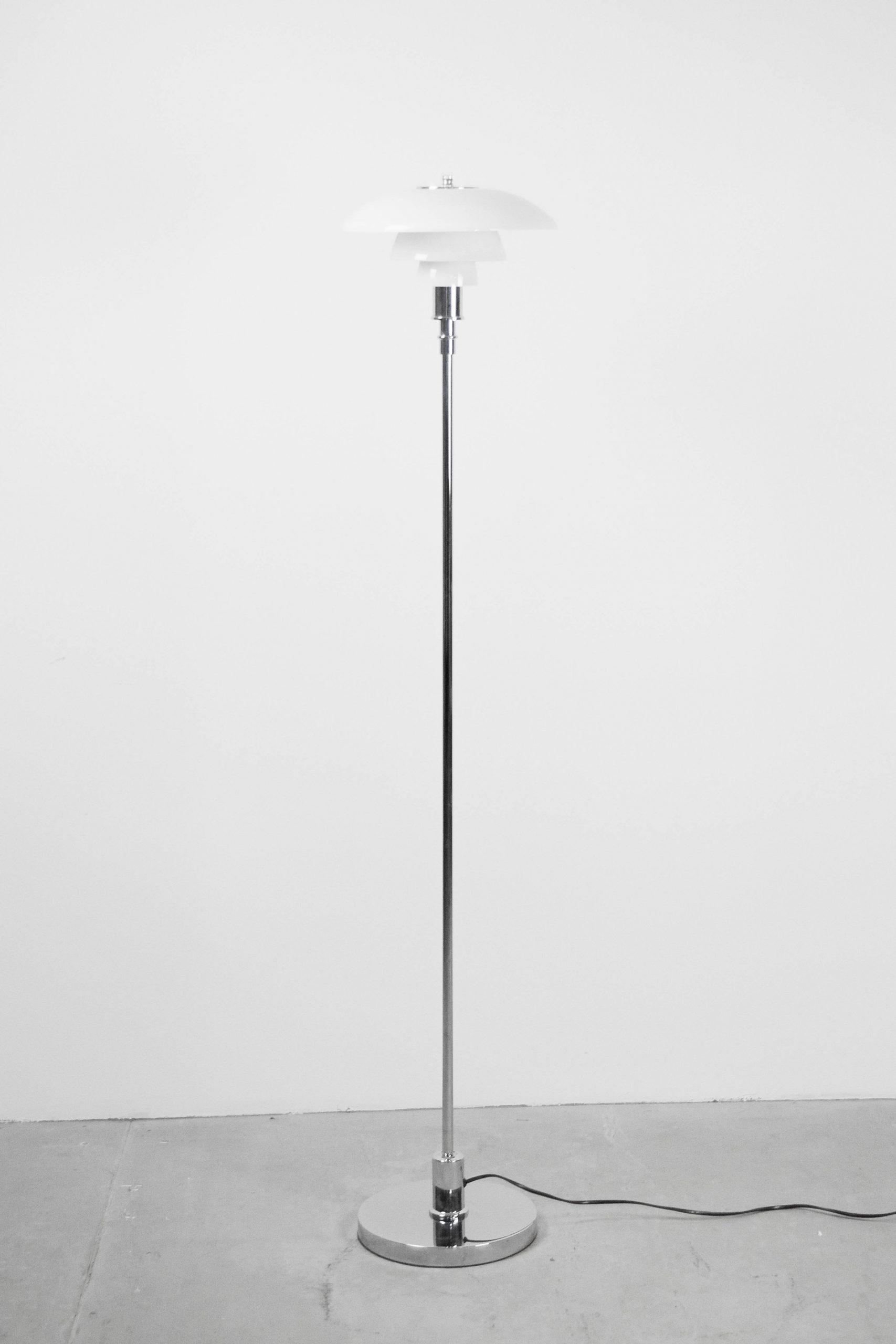 lampara de pie de diseño cromada de