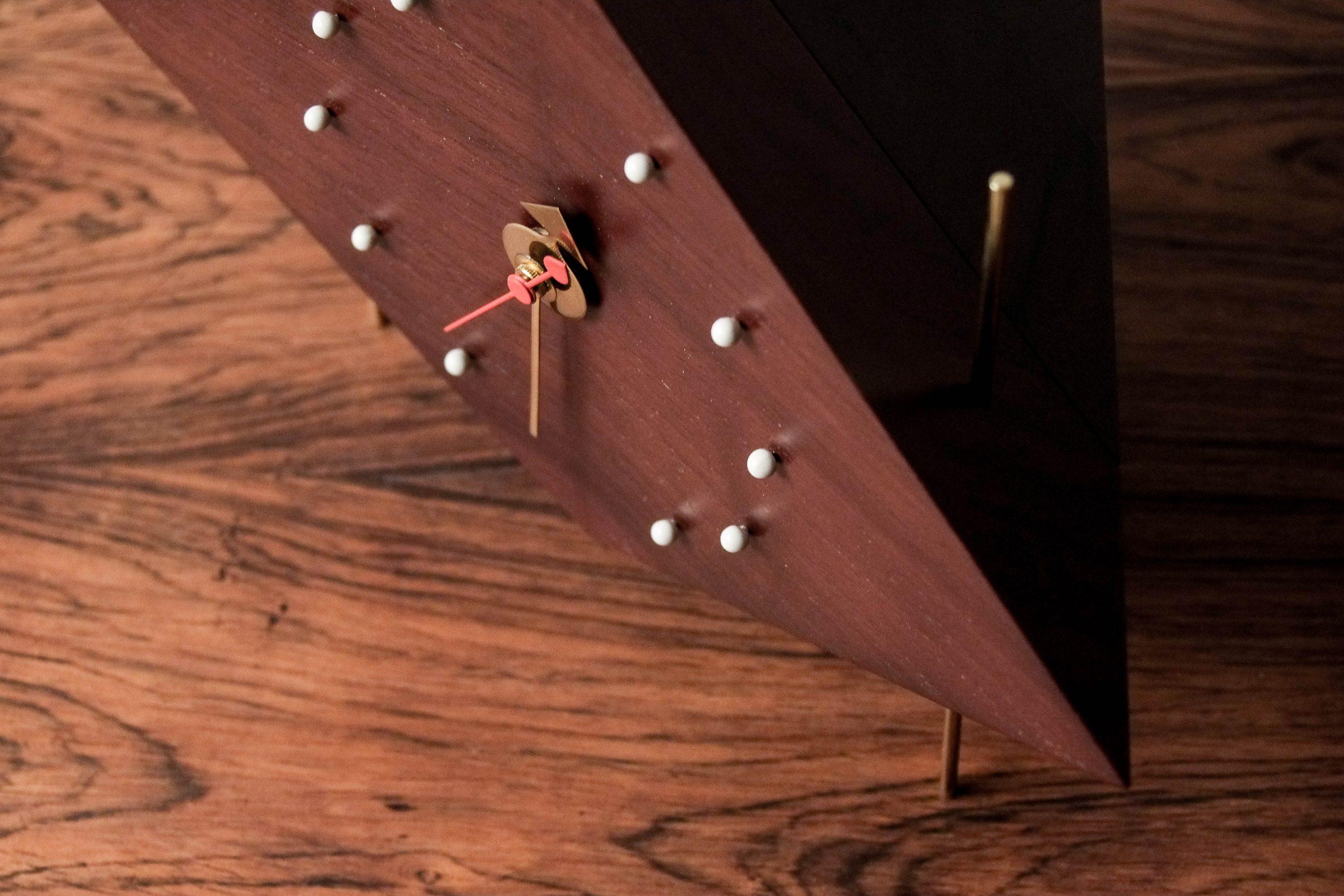 reloj vitra geometrico de diseño madera angular