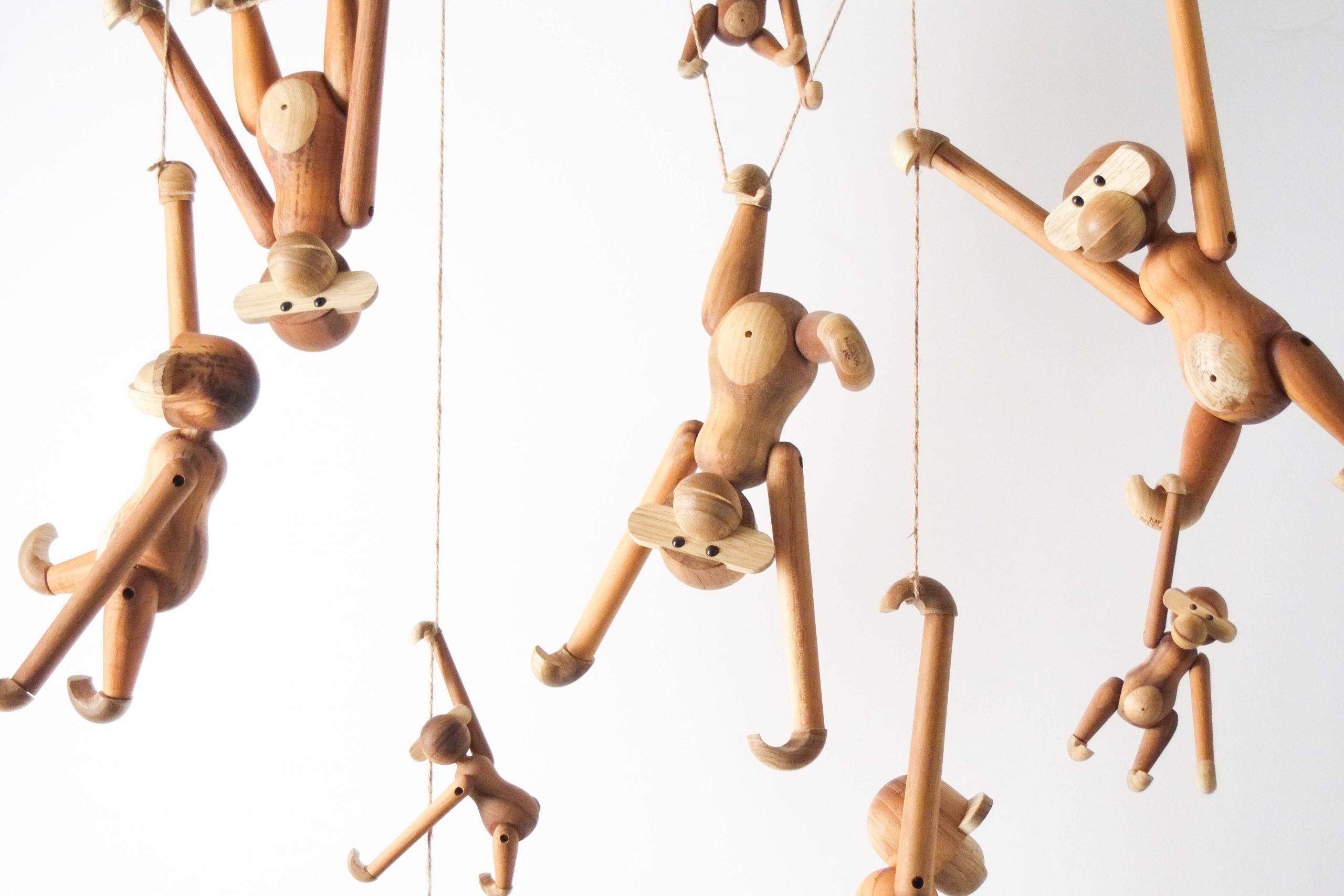 monos de madera kay bojesen de diseño teca
