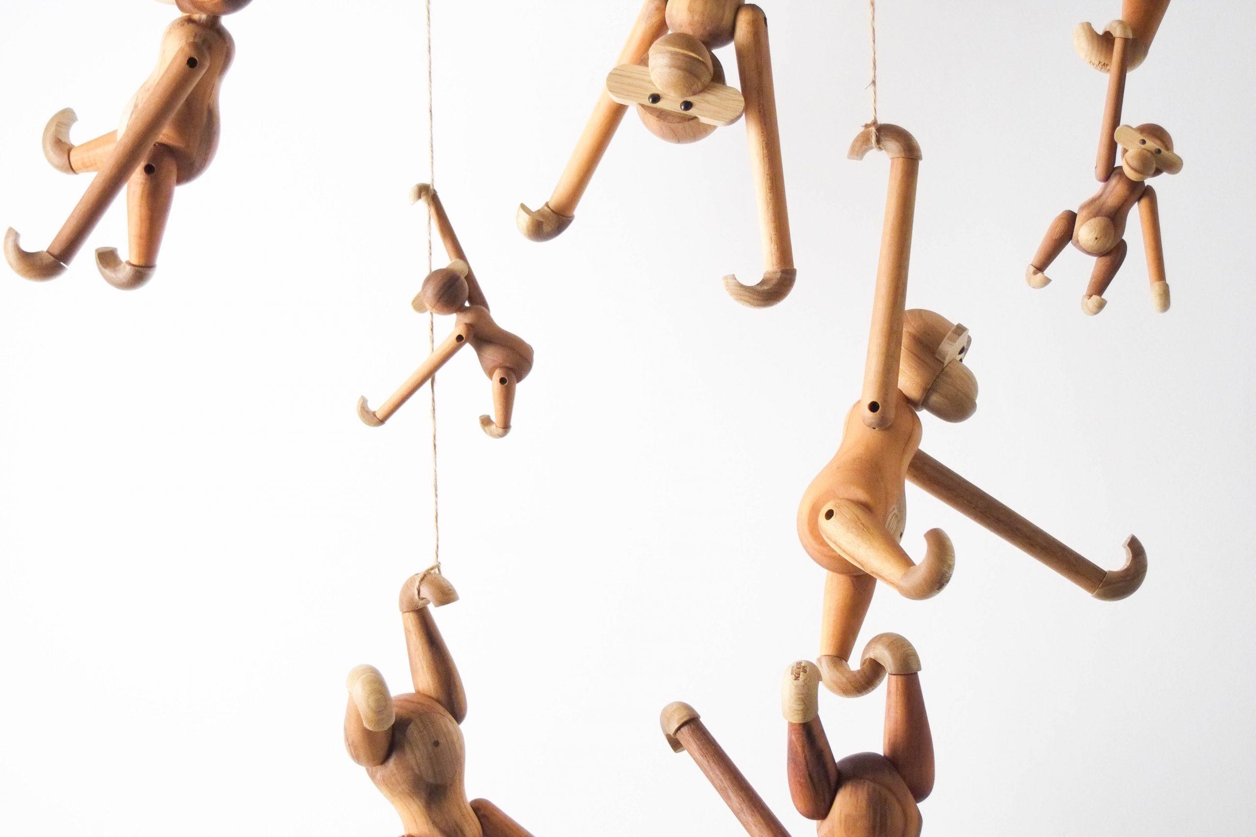 monos de madera de teca kay bojesen de diseño