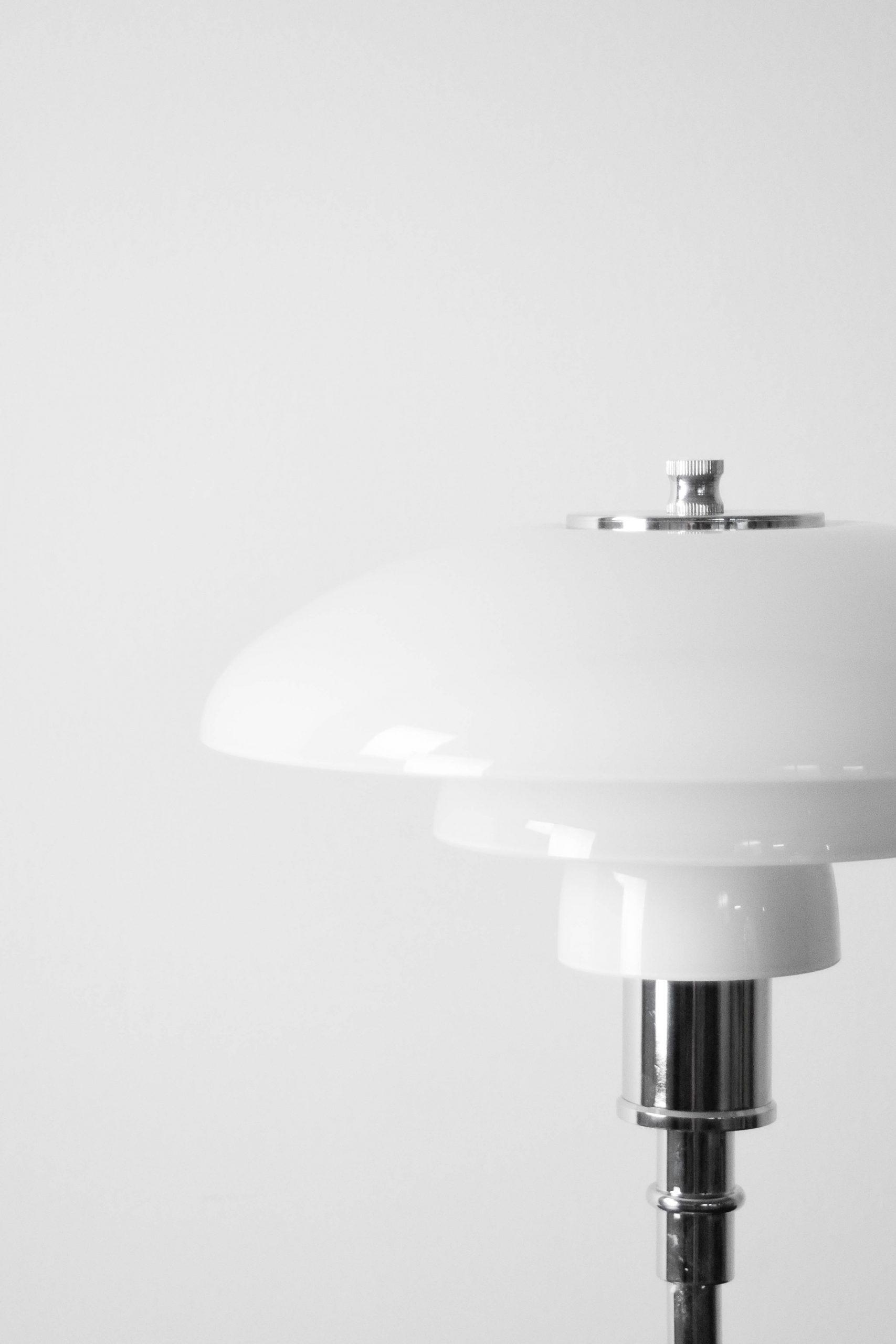 lampara de mesa cromada de cristal con pantalla de cristal curva de diseño