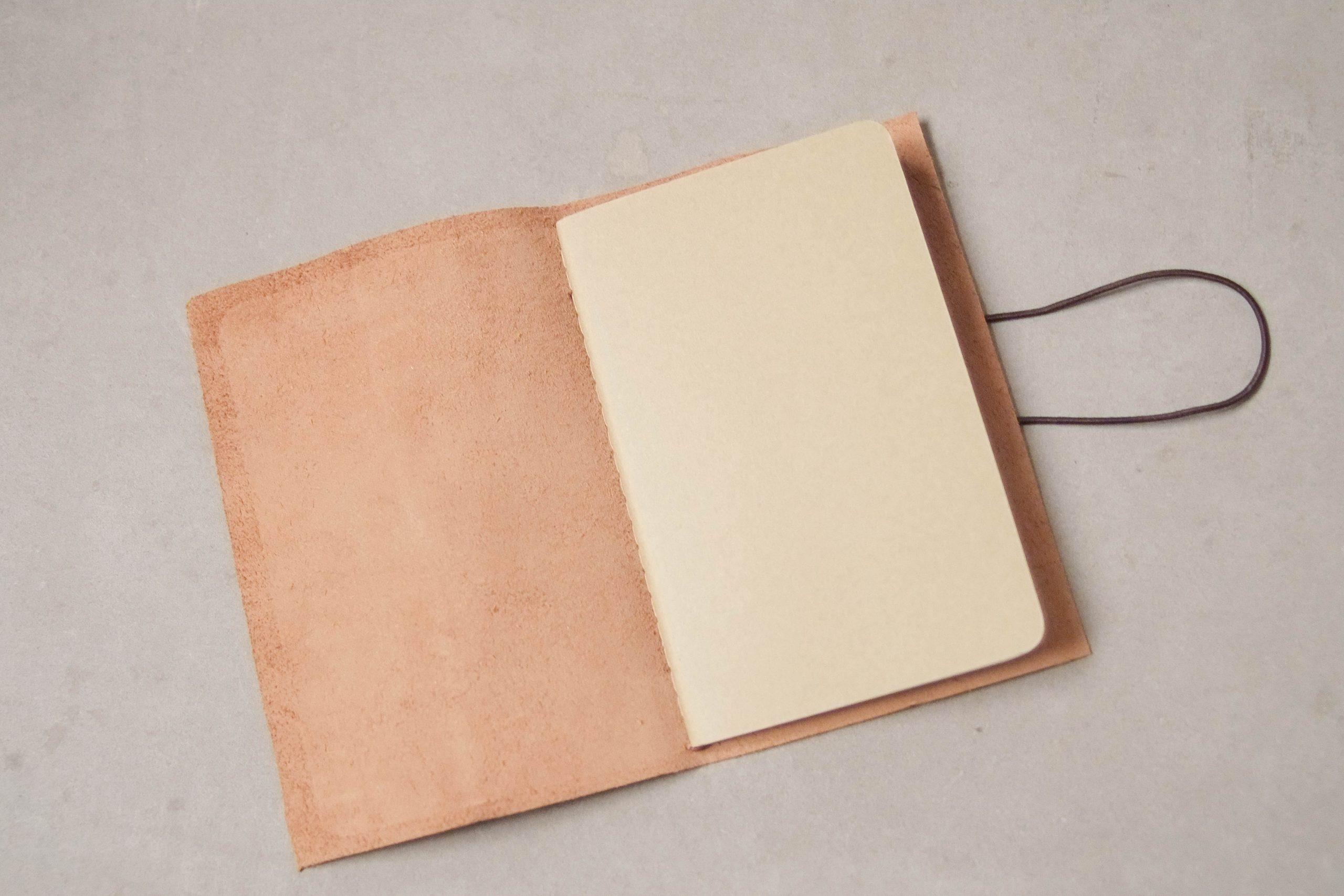 cuaderno de piel hecho a mano de diseño libreta pepita de oliva