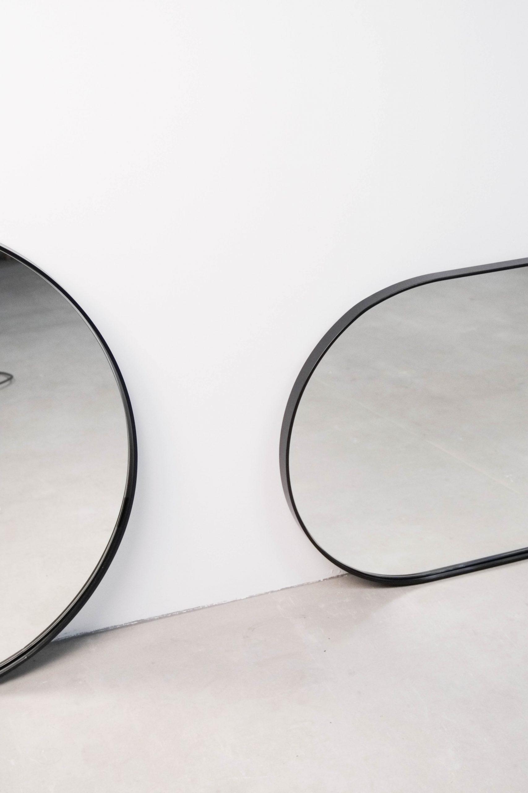 espejo pepita de oliva de metal de diseño negro redondo salon entrada baño