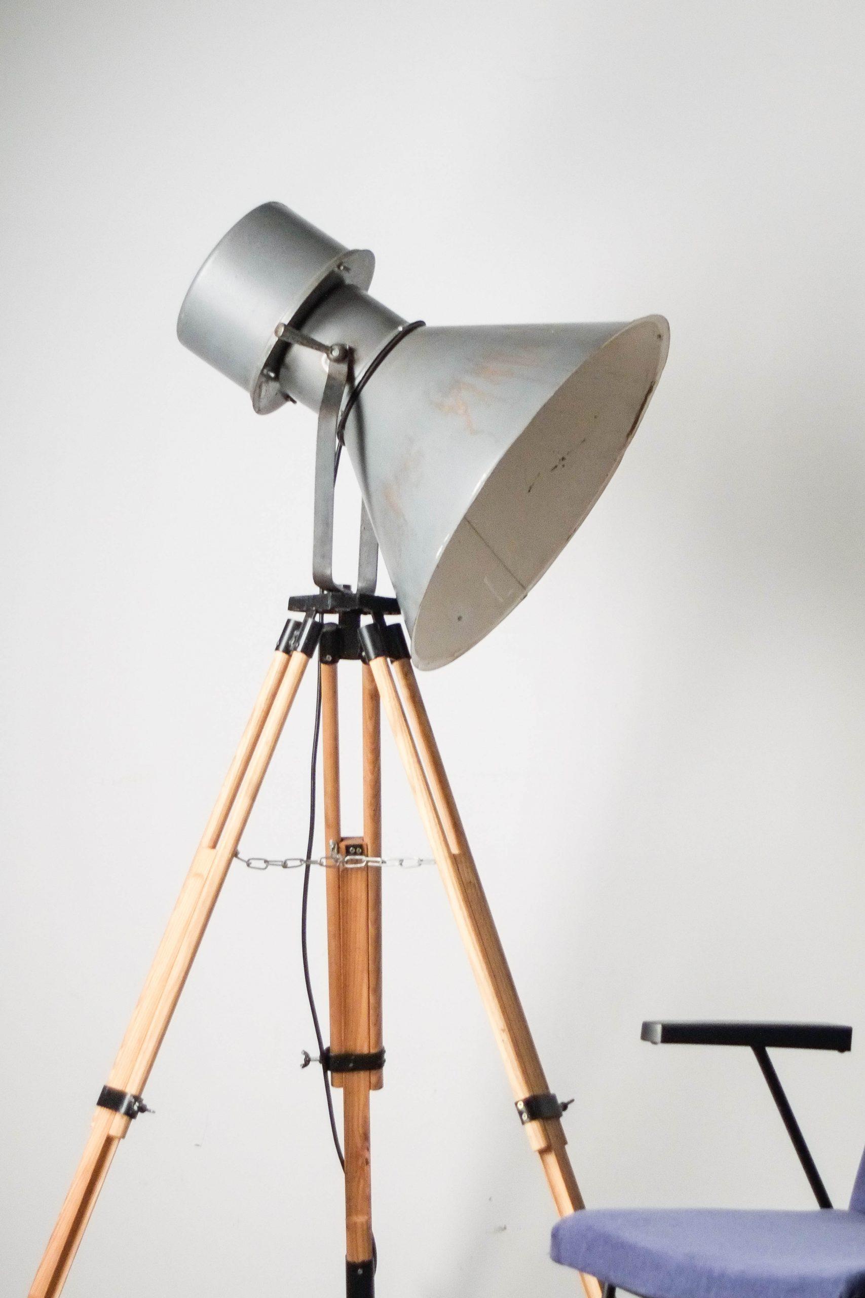 lampara de pie foco industrial de madera de diseño aleman vintage retro