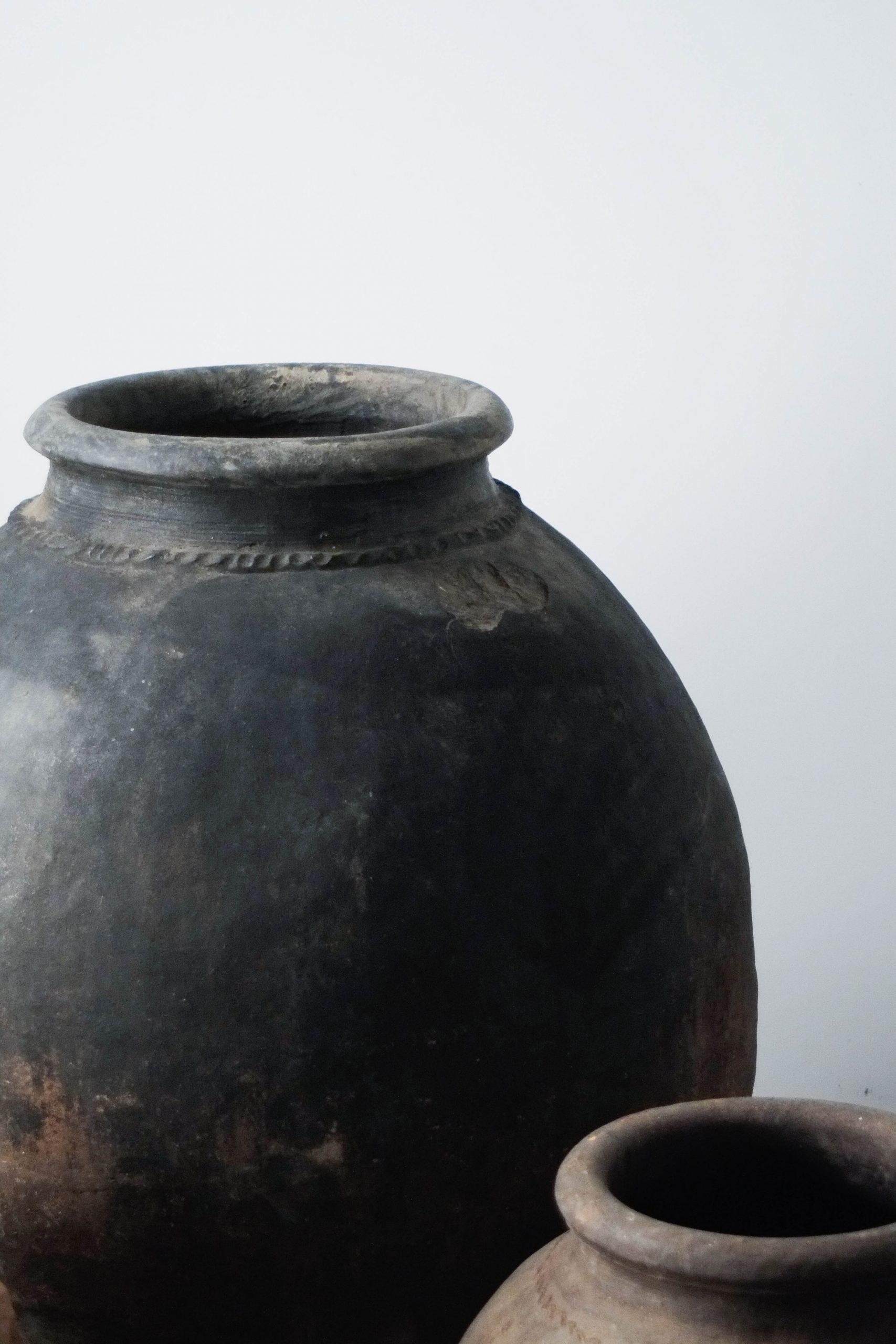 detalle vasijas de color negro