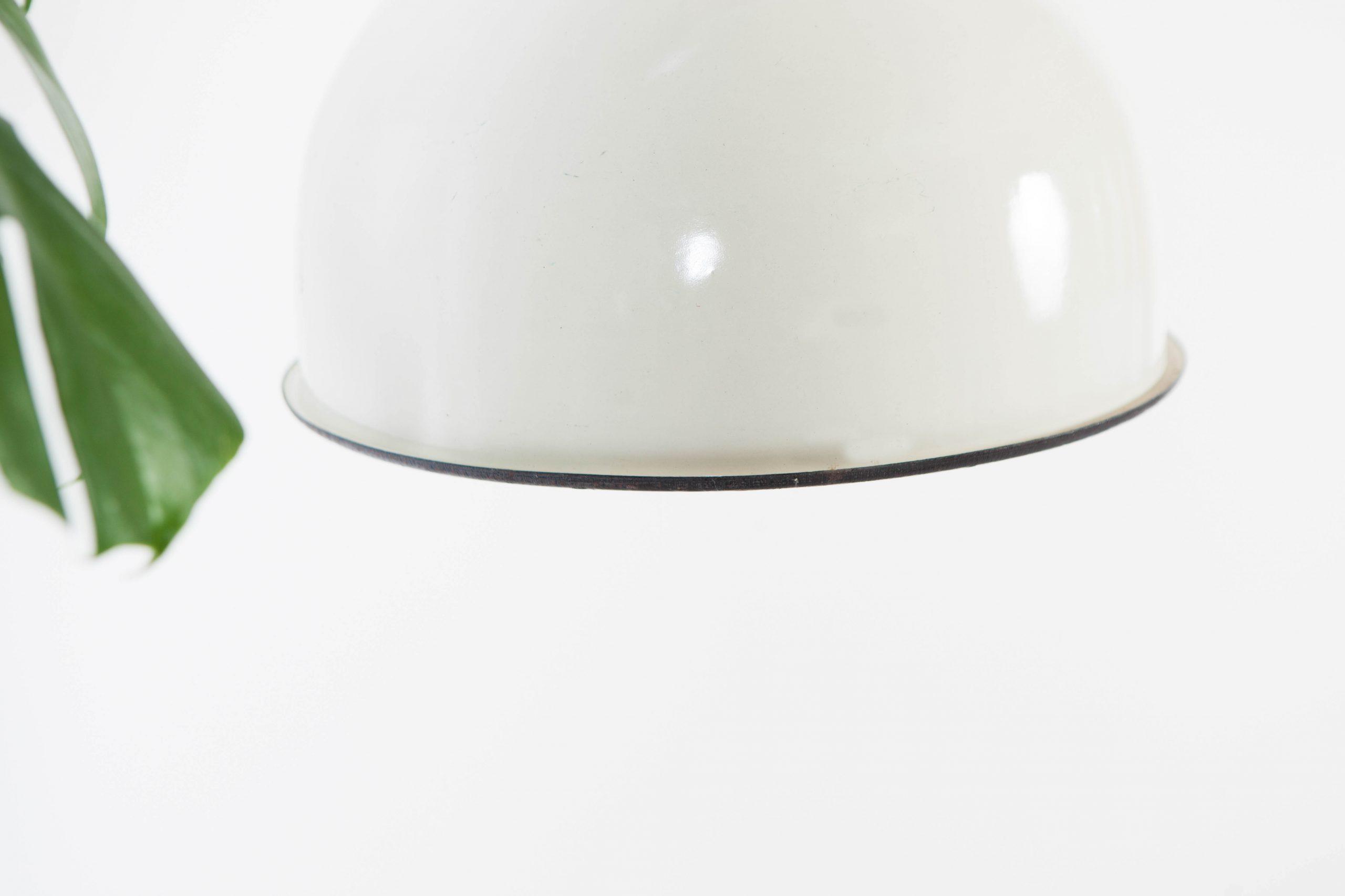 lampra de techo blanca y negra industrial