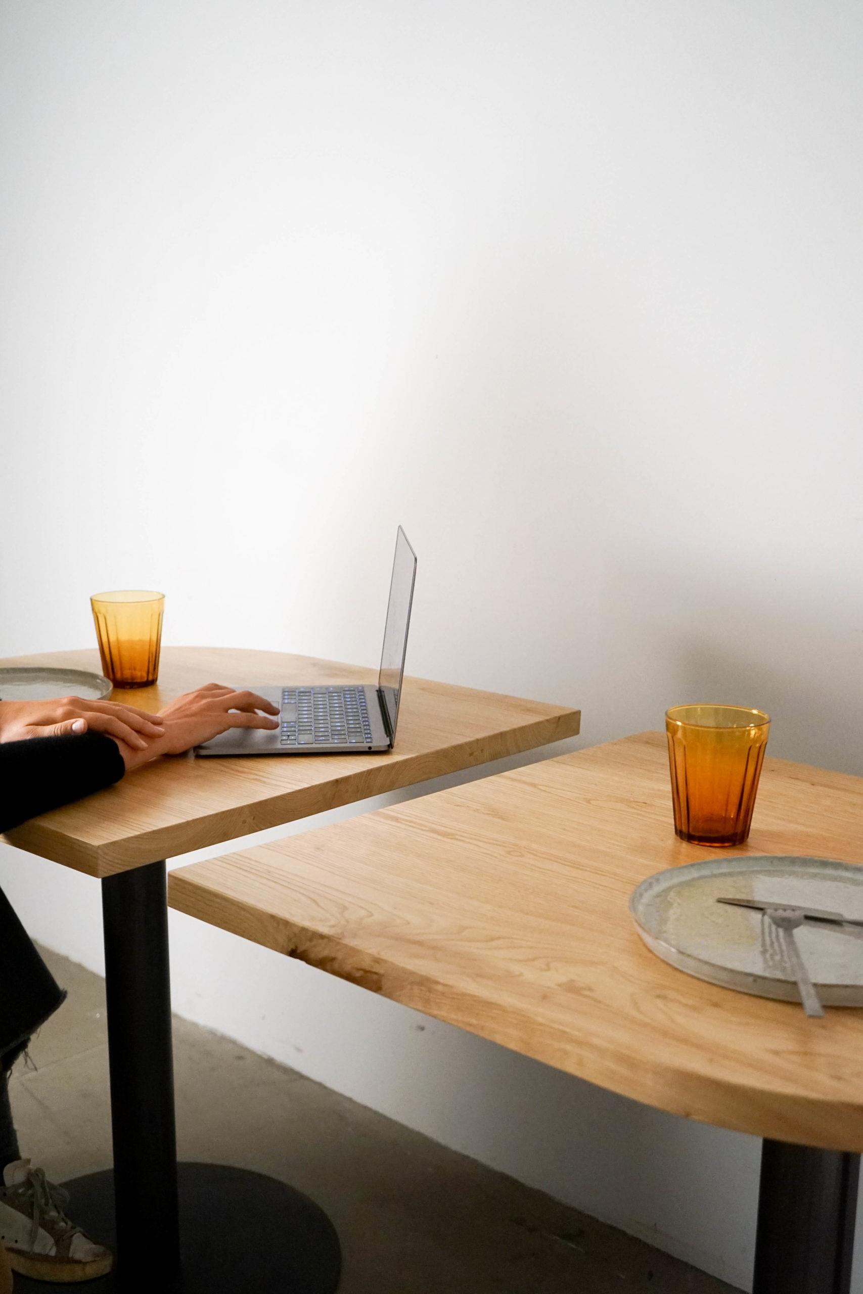 mesa de restaurante castaño