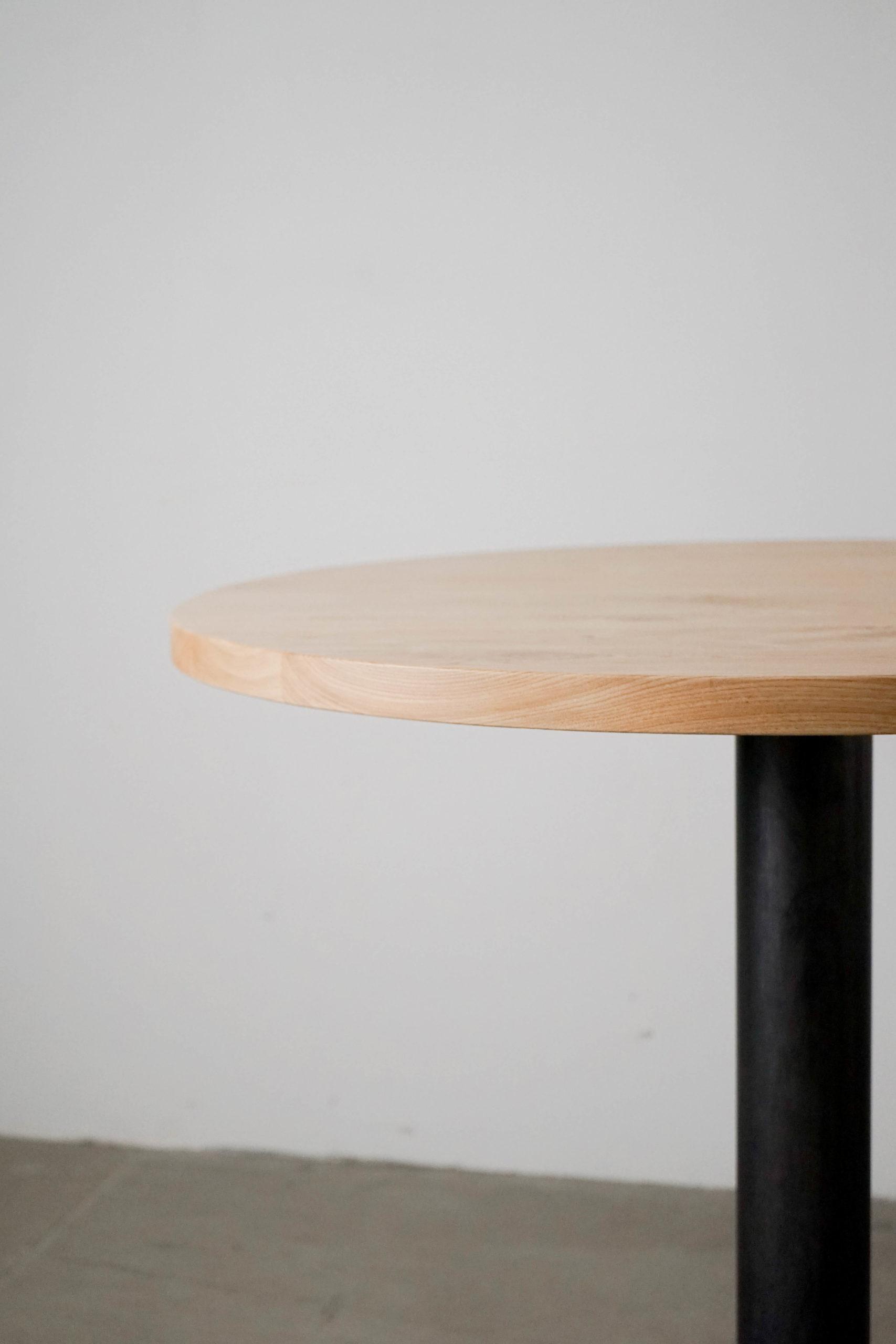 detalle de mesa de madera y metal hecha a mano