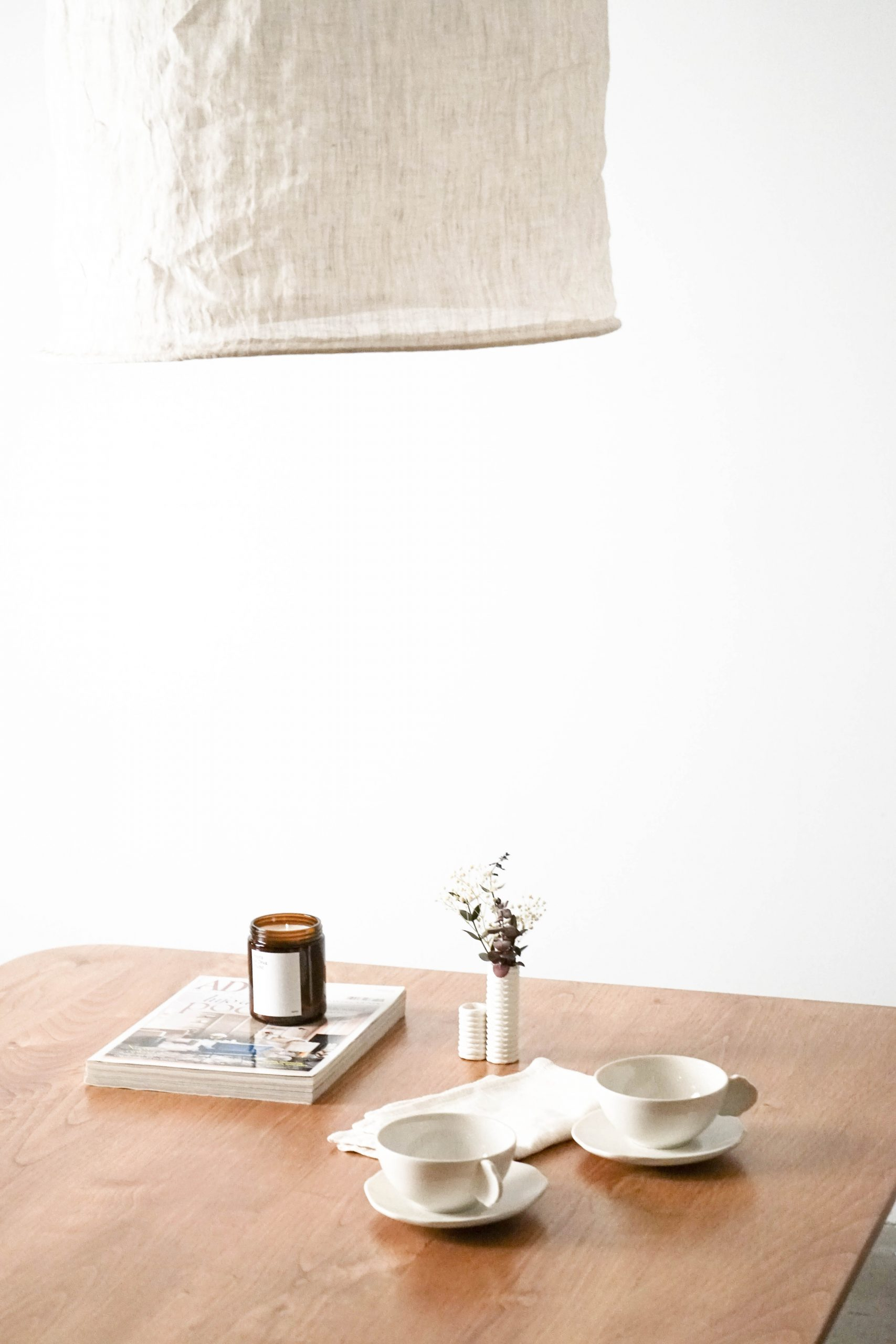 mesa de sofa con lampara diseño café revistas velas decoracion