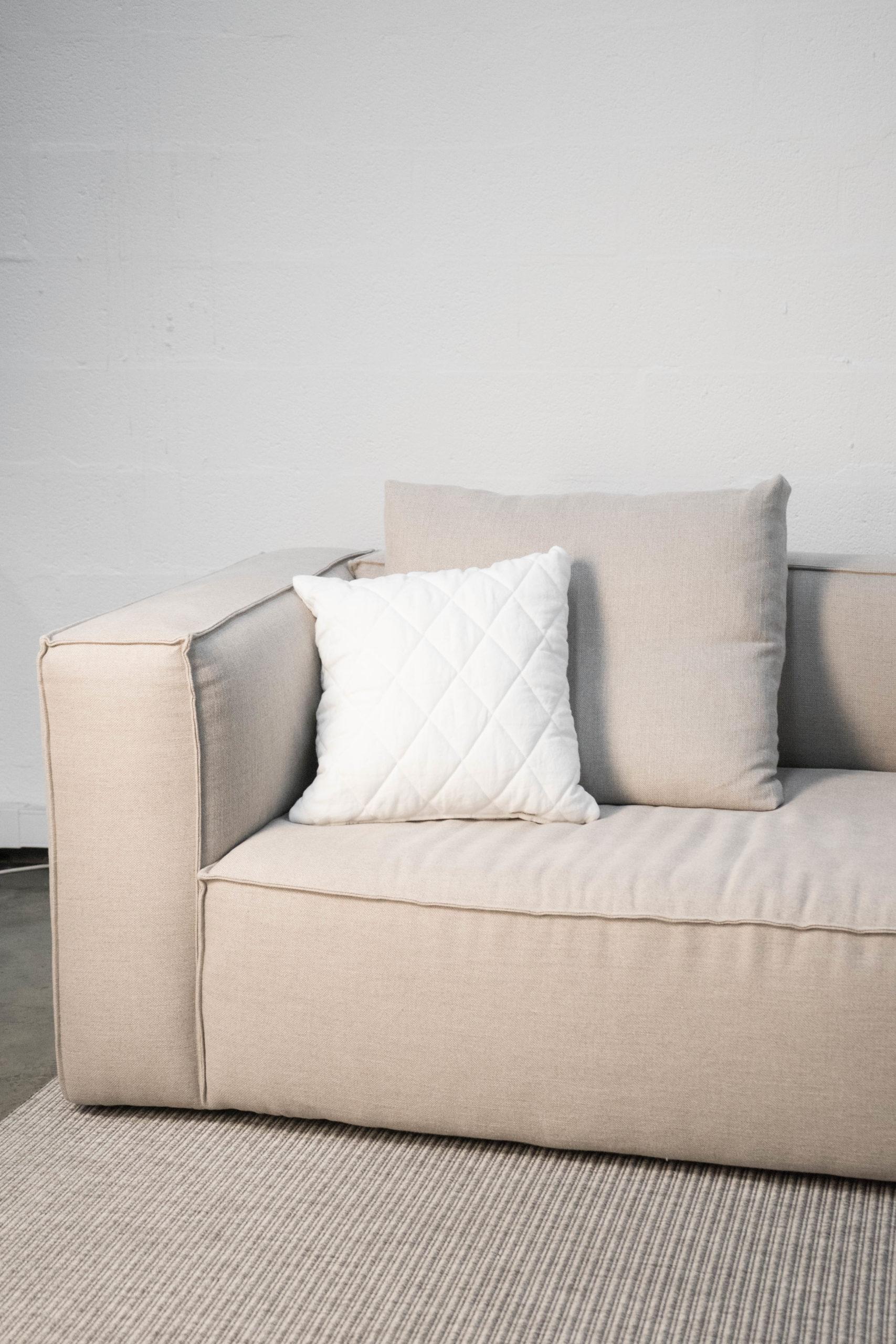 sofa otto hecho a mano comodo de color beige para salon grande