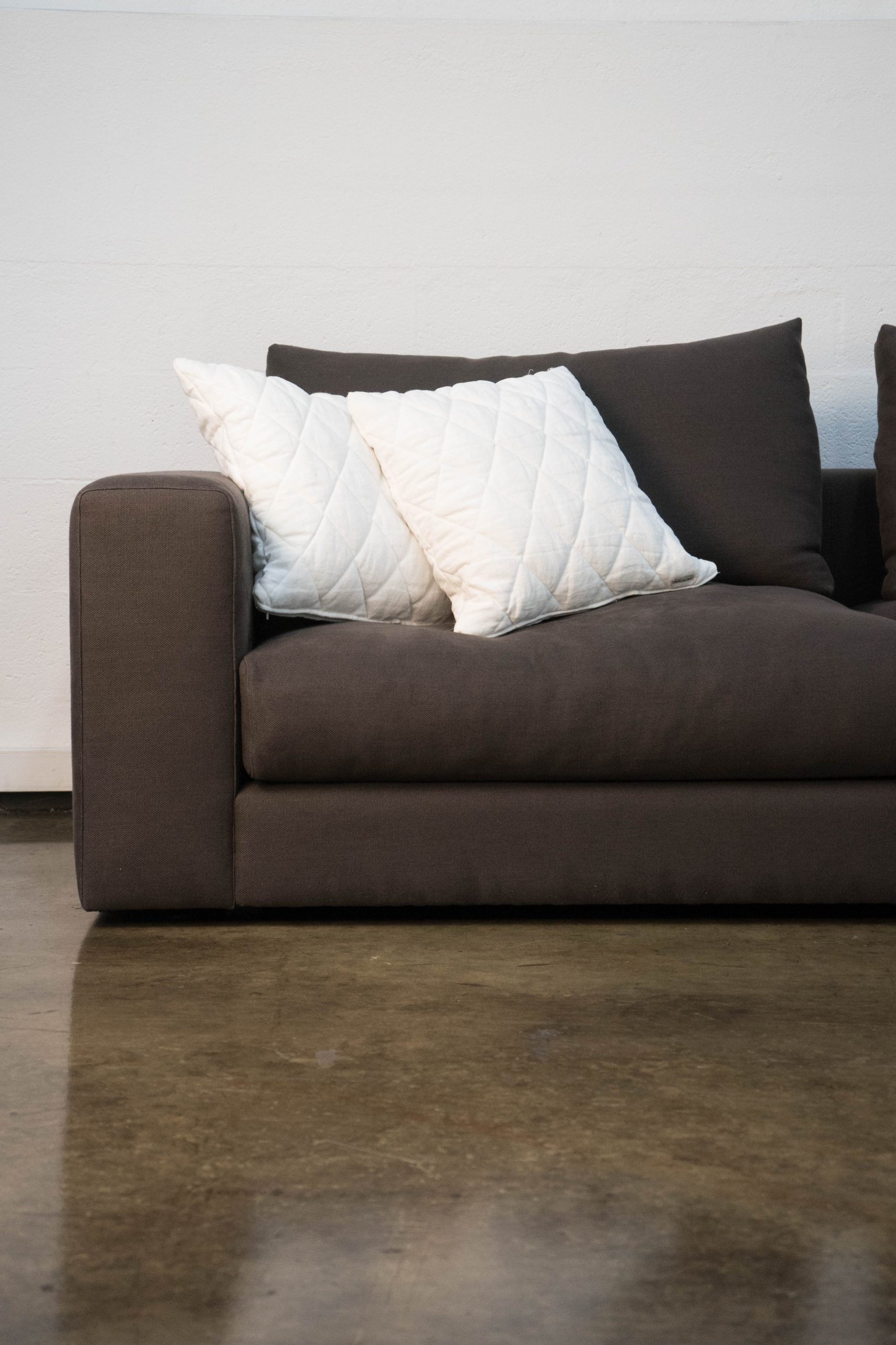 detalle de sofa comodo marron grande de salon l sofa chaise
