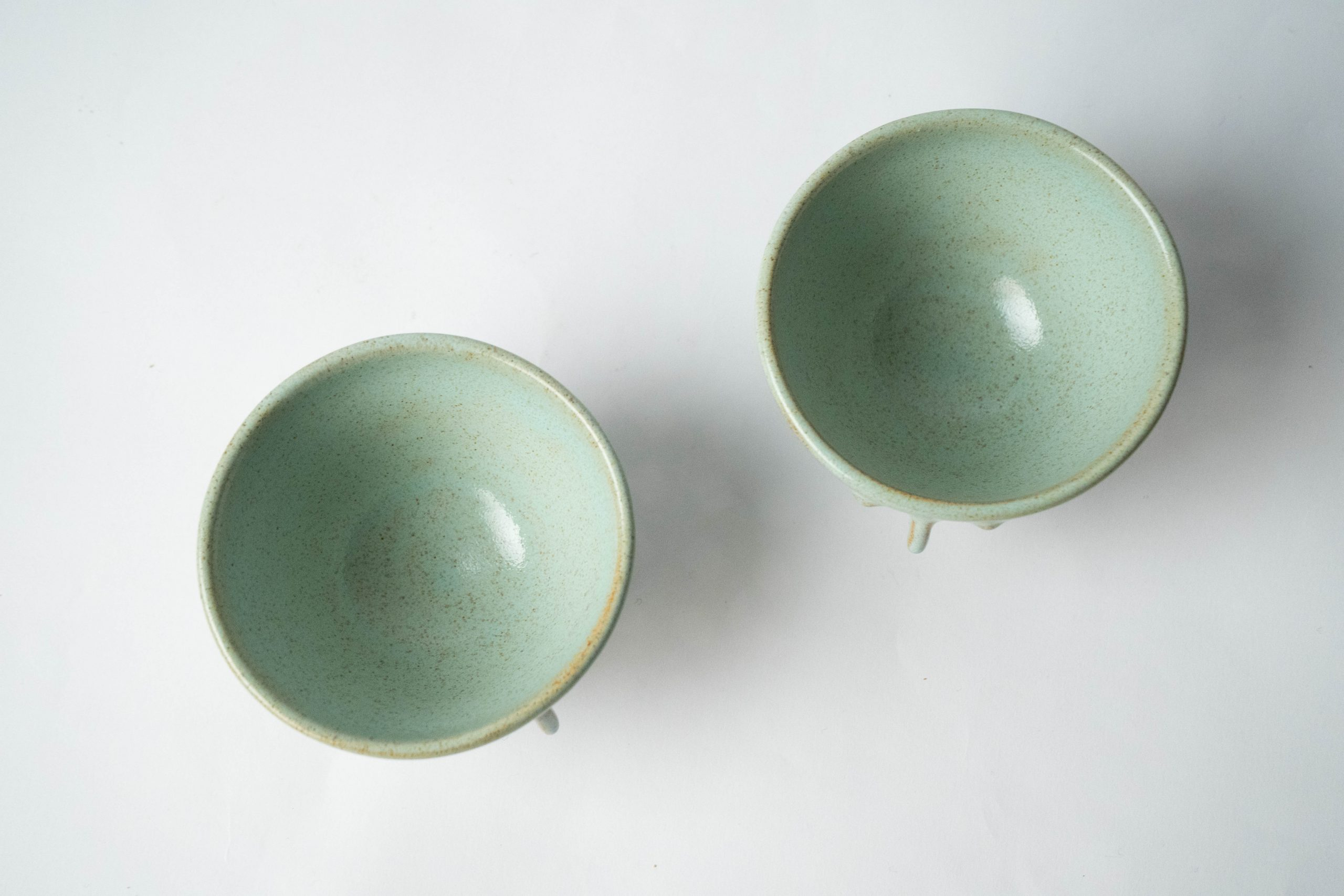 set de dos tazas verdes turquesa fabricadas a mano triangulares nariz