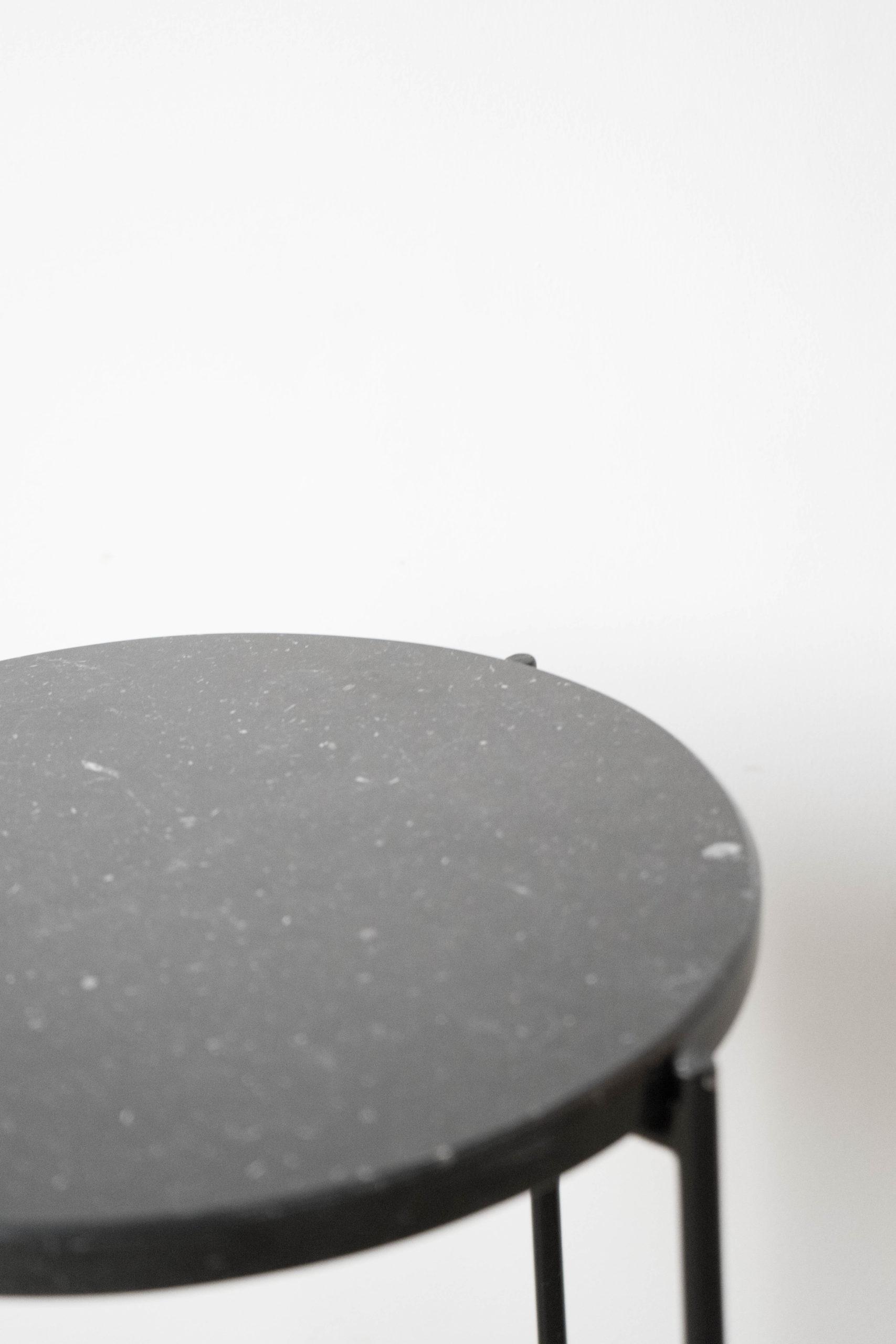 detalle de marmol mesita auxiliar negra