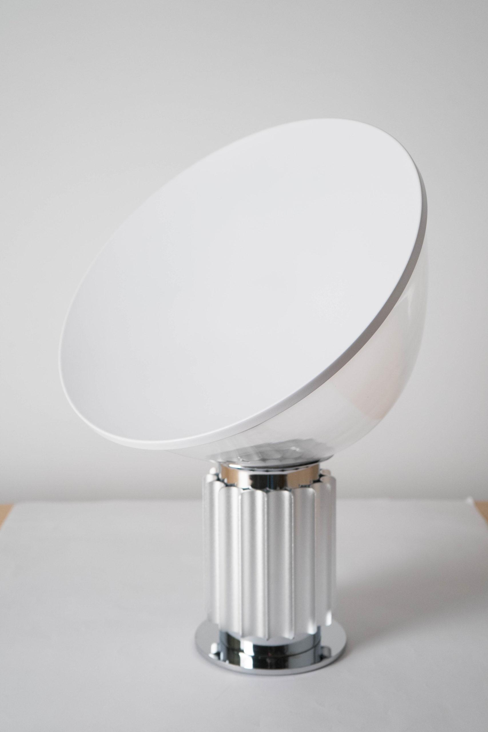 lampara blanca de diseño de mesa elegante
