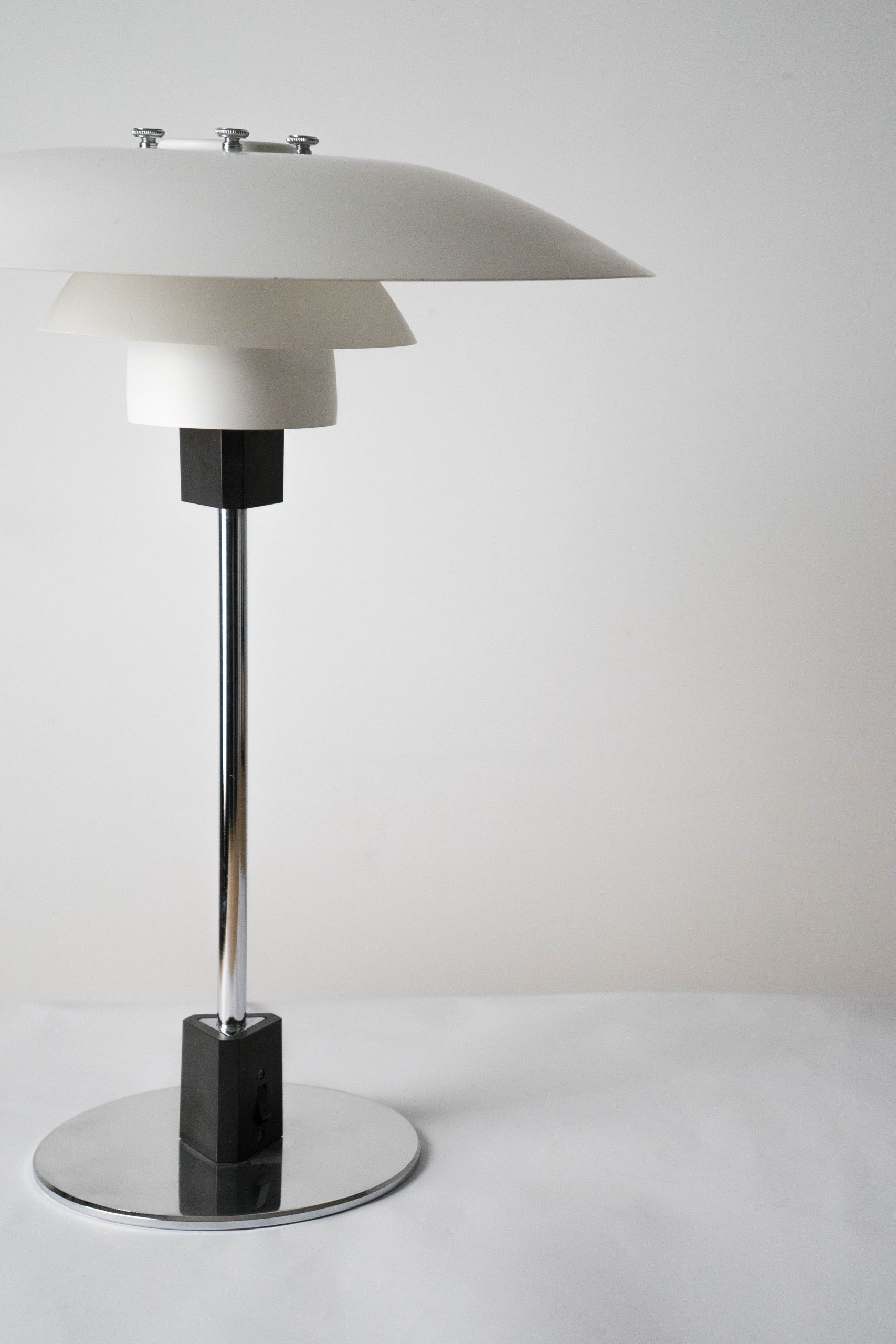 lampara de mesa blanca de diseño hecha a mano