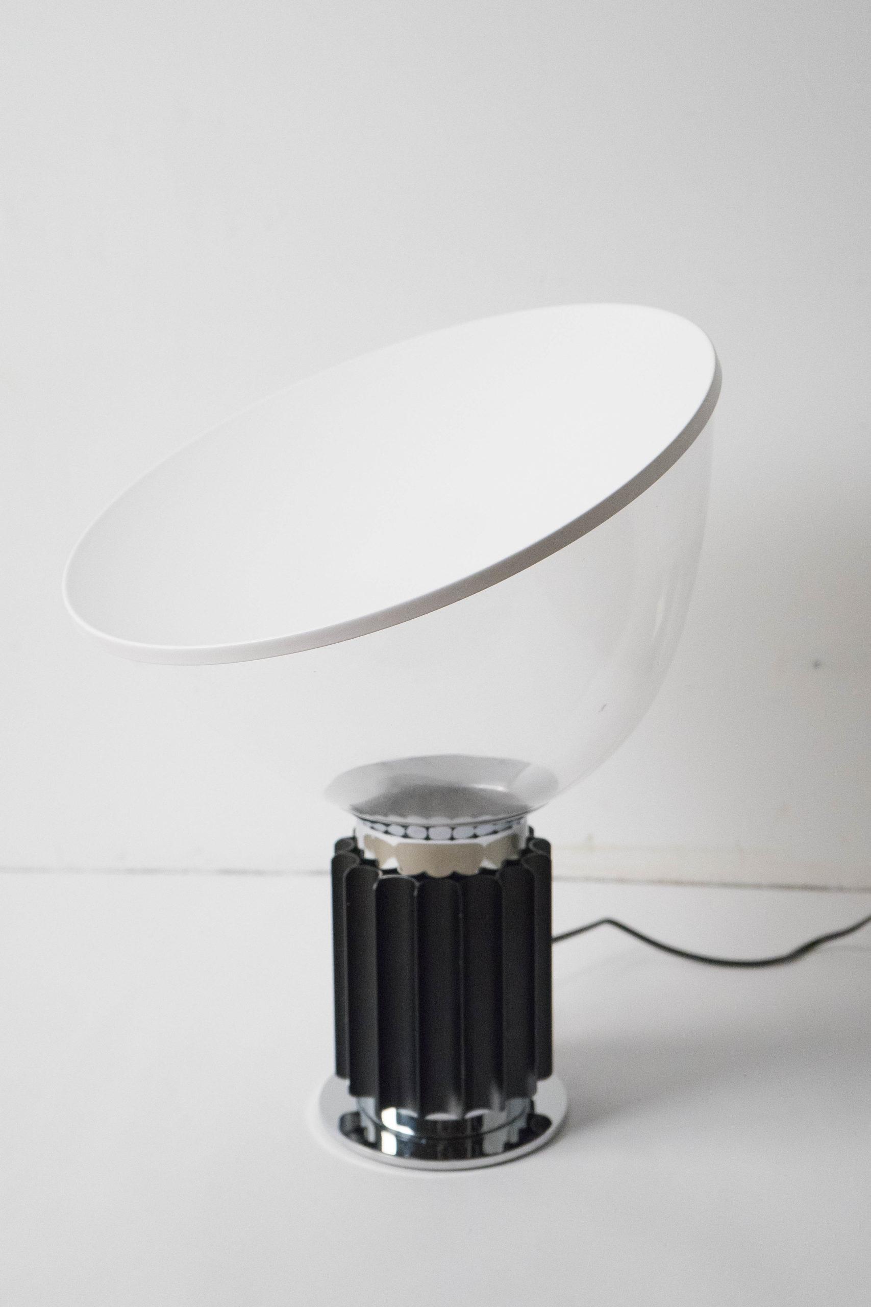 lampara negra flos elegante blanca