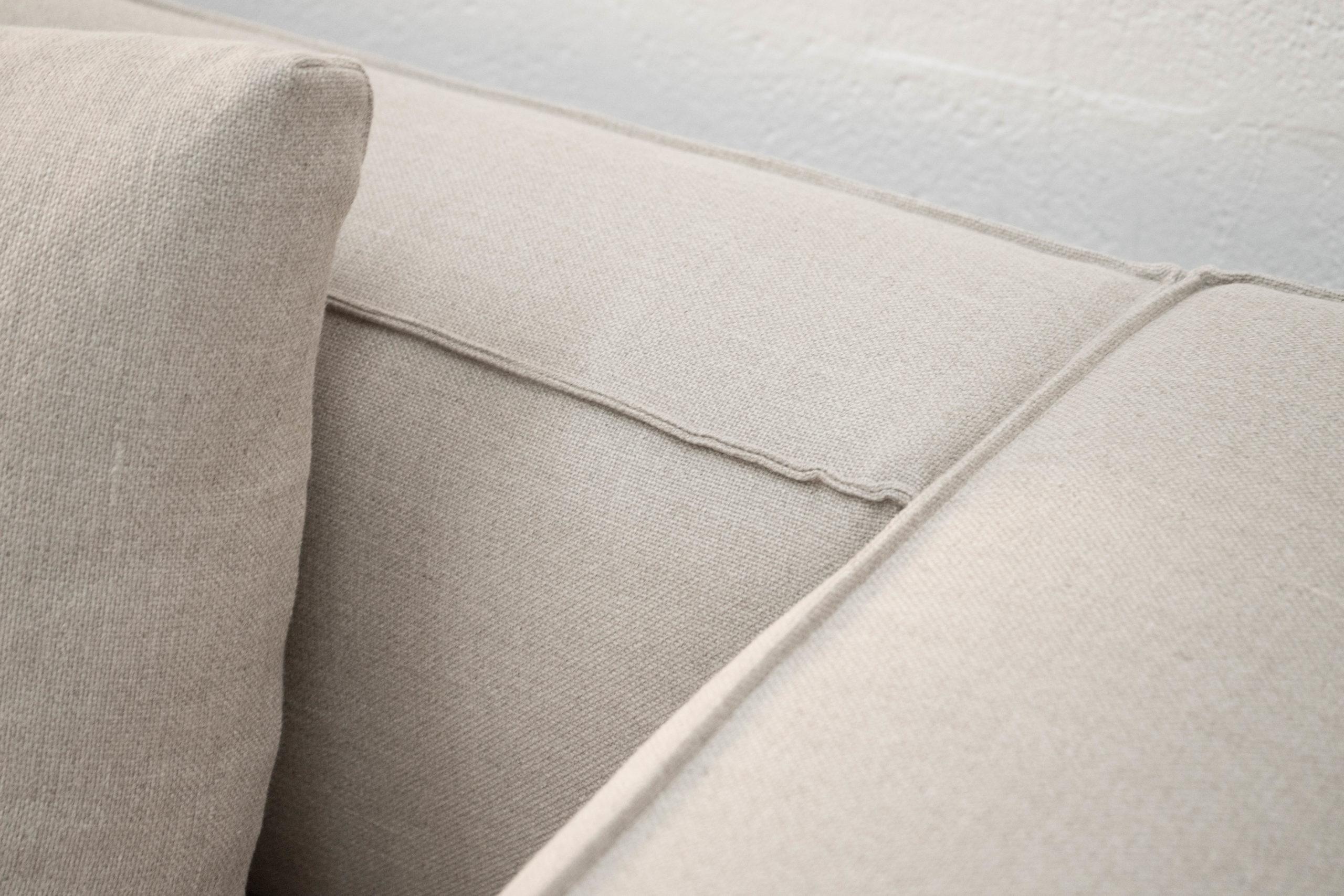 detalle de sofa tapizado bonito espacioso comodo