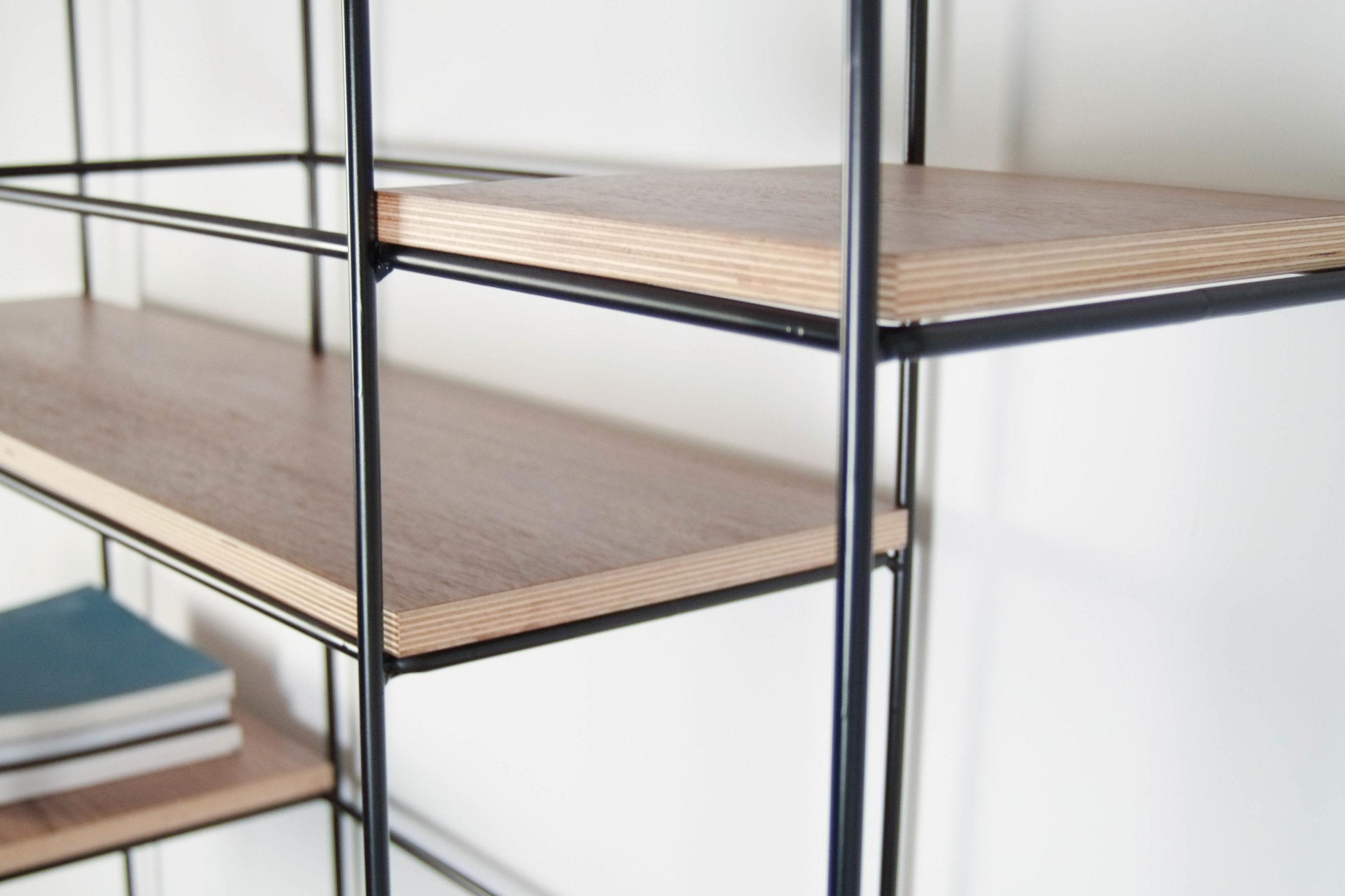 tablero marino detalle baldas estanteria modular de salon negra libreria