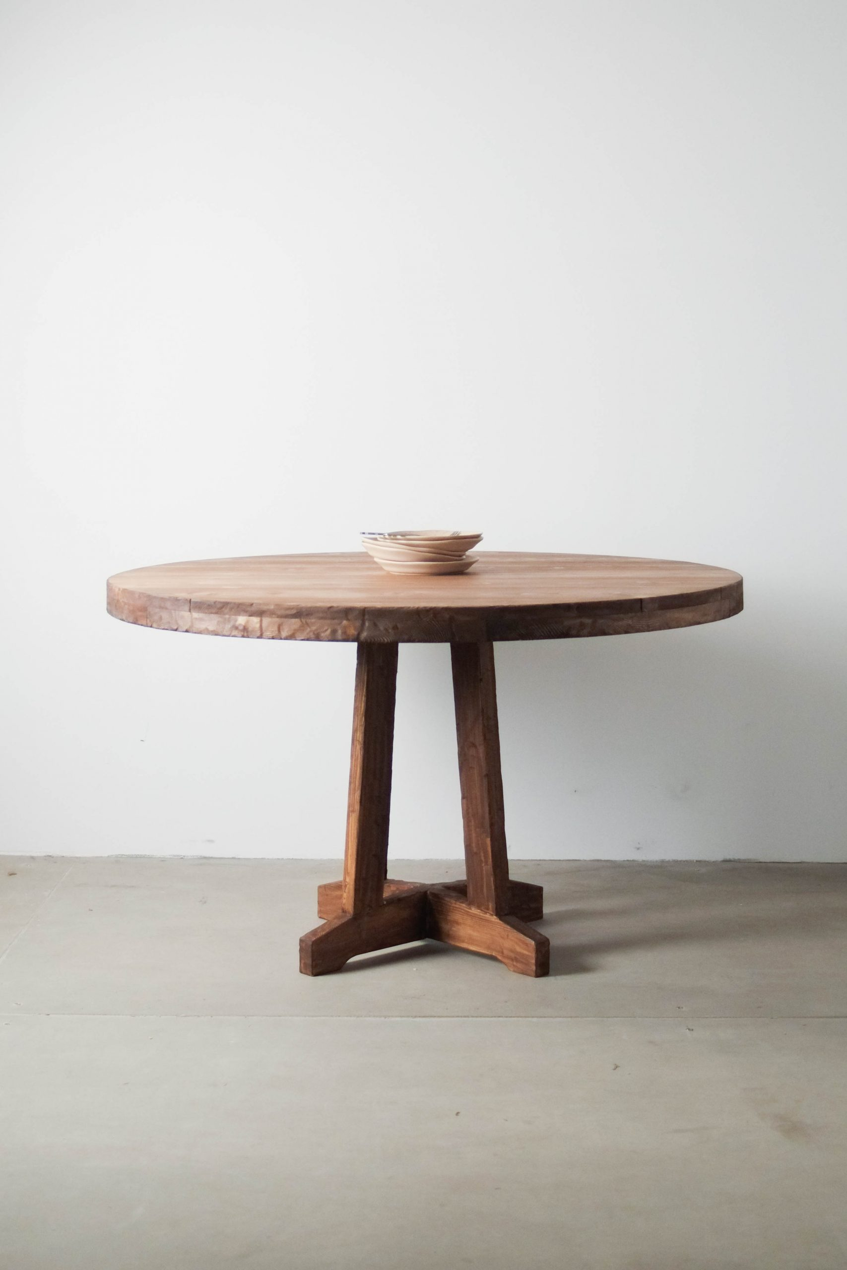 mesa rustica de comedor de diseño hecha a mano oscura pie central