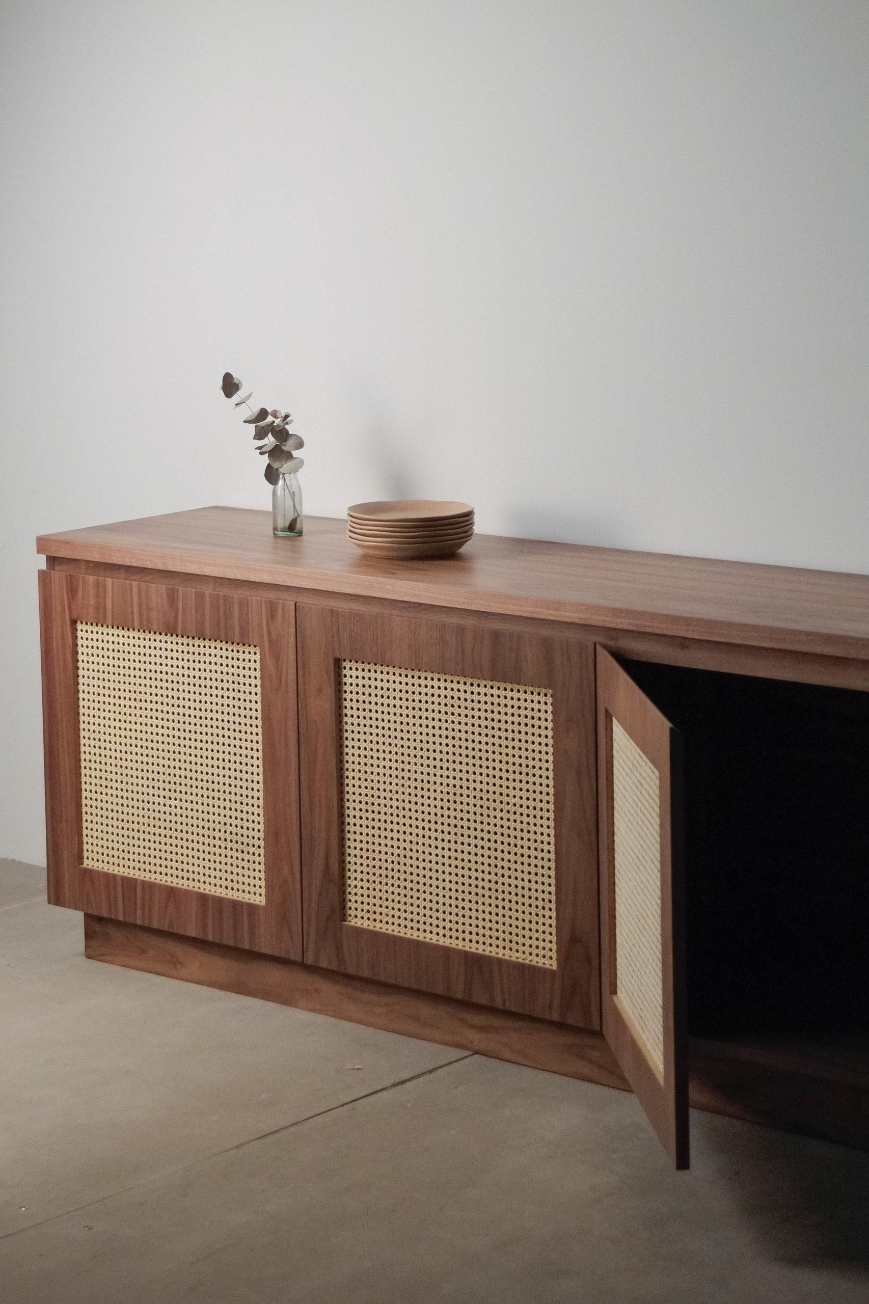 detalle de puertas de nogal mueble aparador elegante de diseño