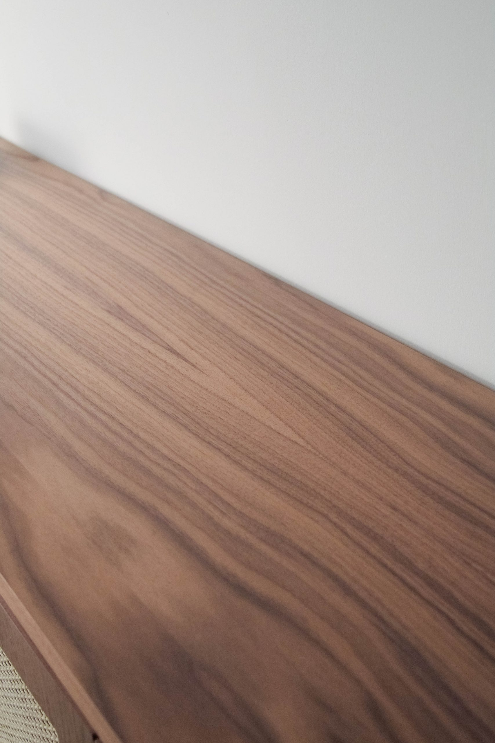 mueble de nogal aparador de color marron