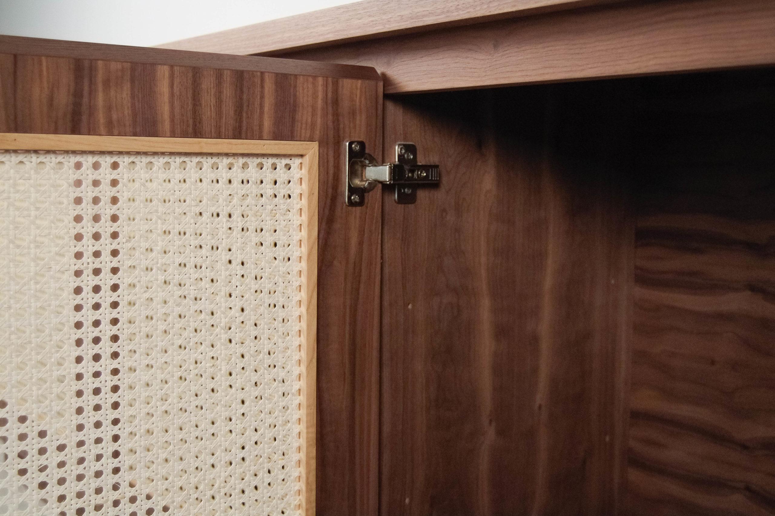 detalle bisagra de color marron interior mueble