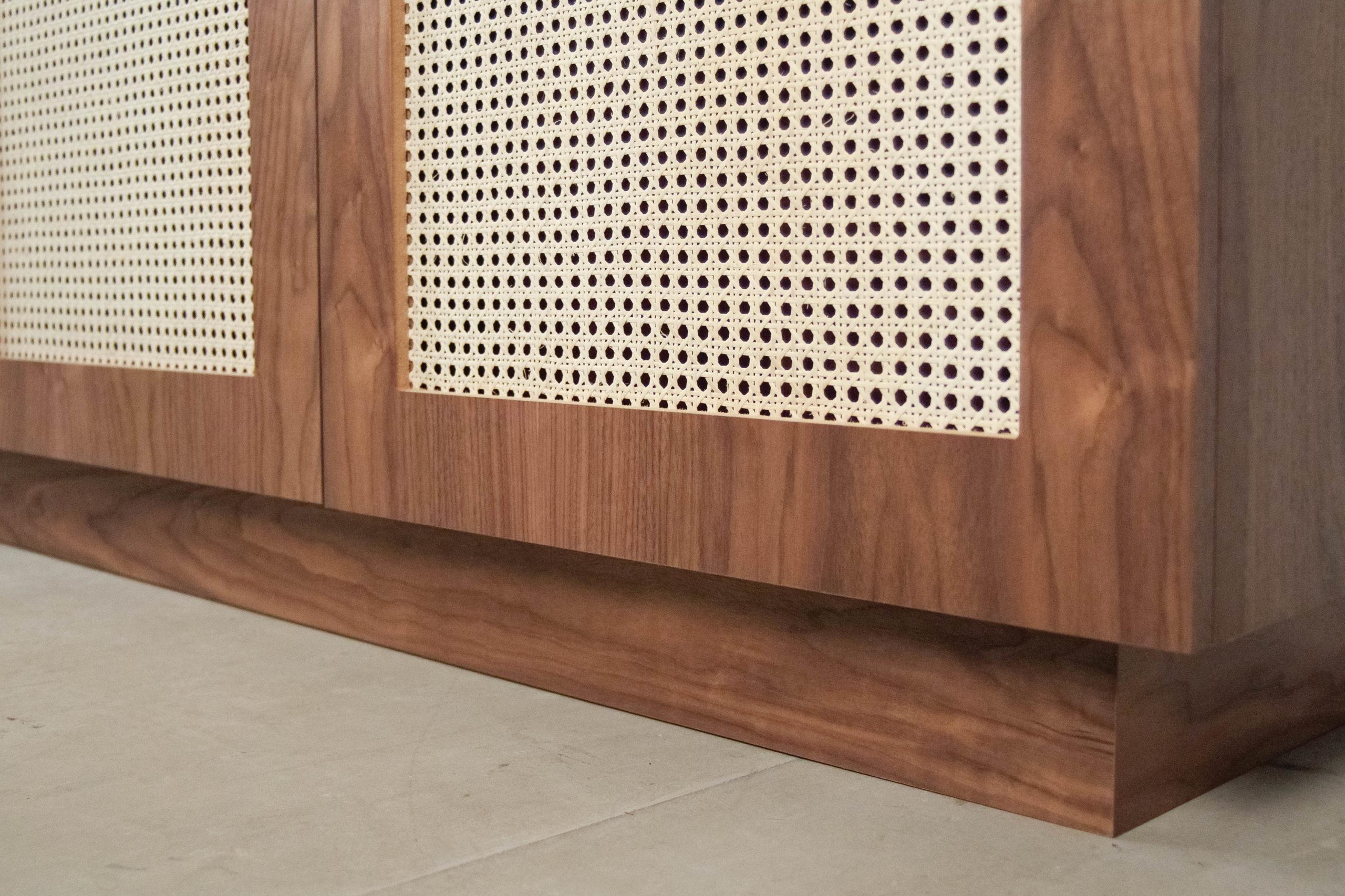 detalle mueble de nogal de diseño salon capacidad ratan