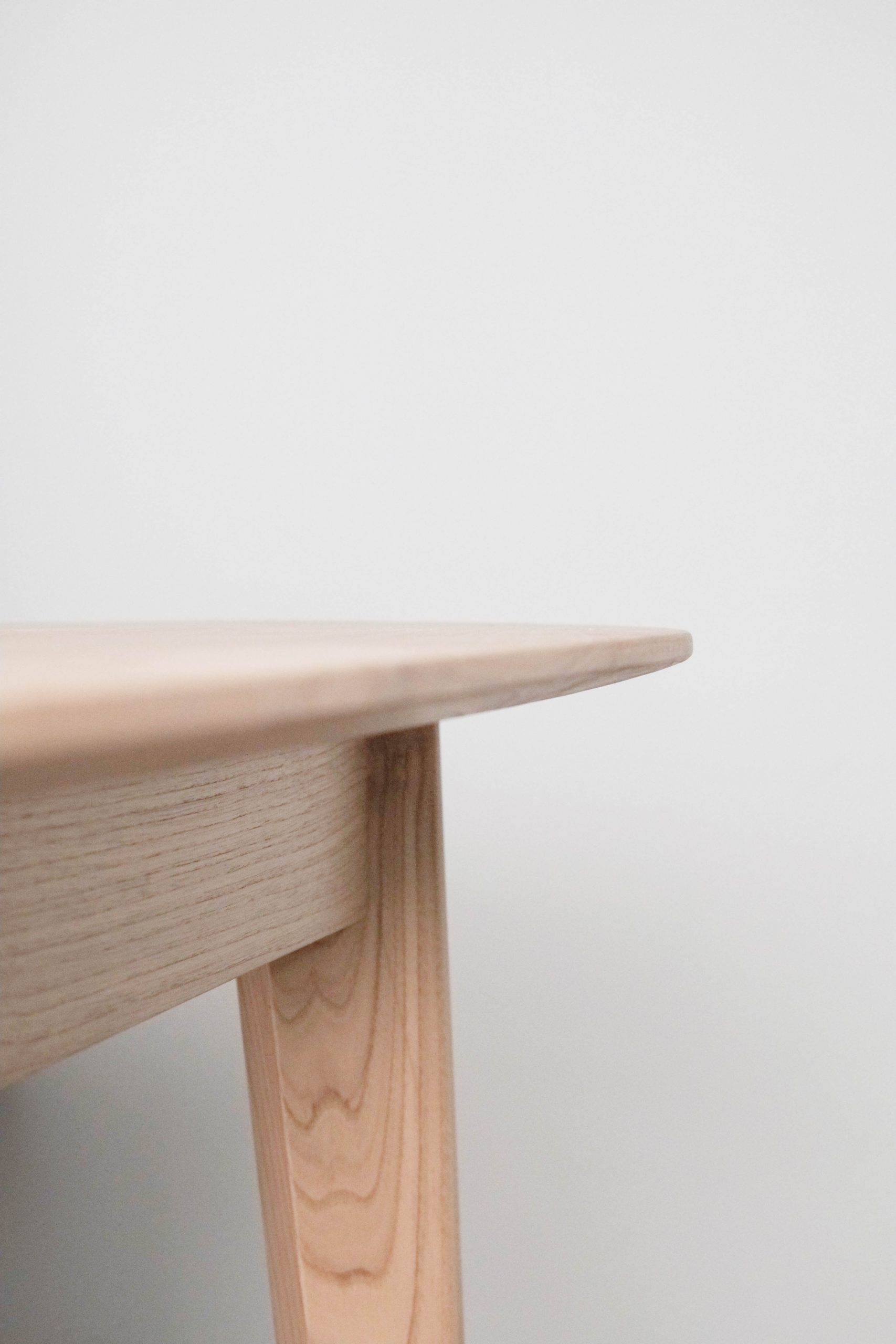 detalle de canto de mesa de diseño vuelo de comedor madera