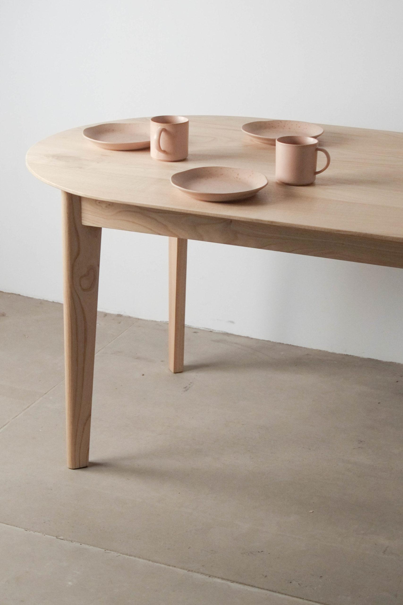 mesa de comedor detalle con platos tazas vasos de diseño madera maciza