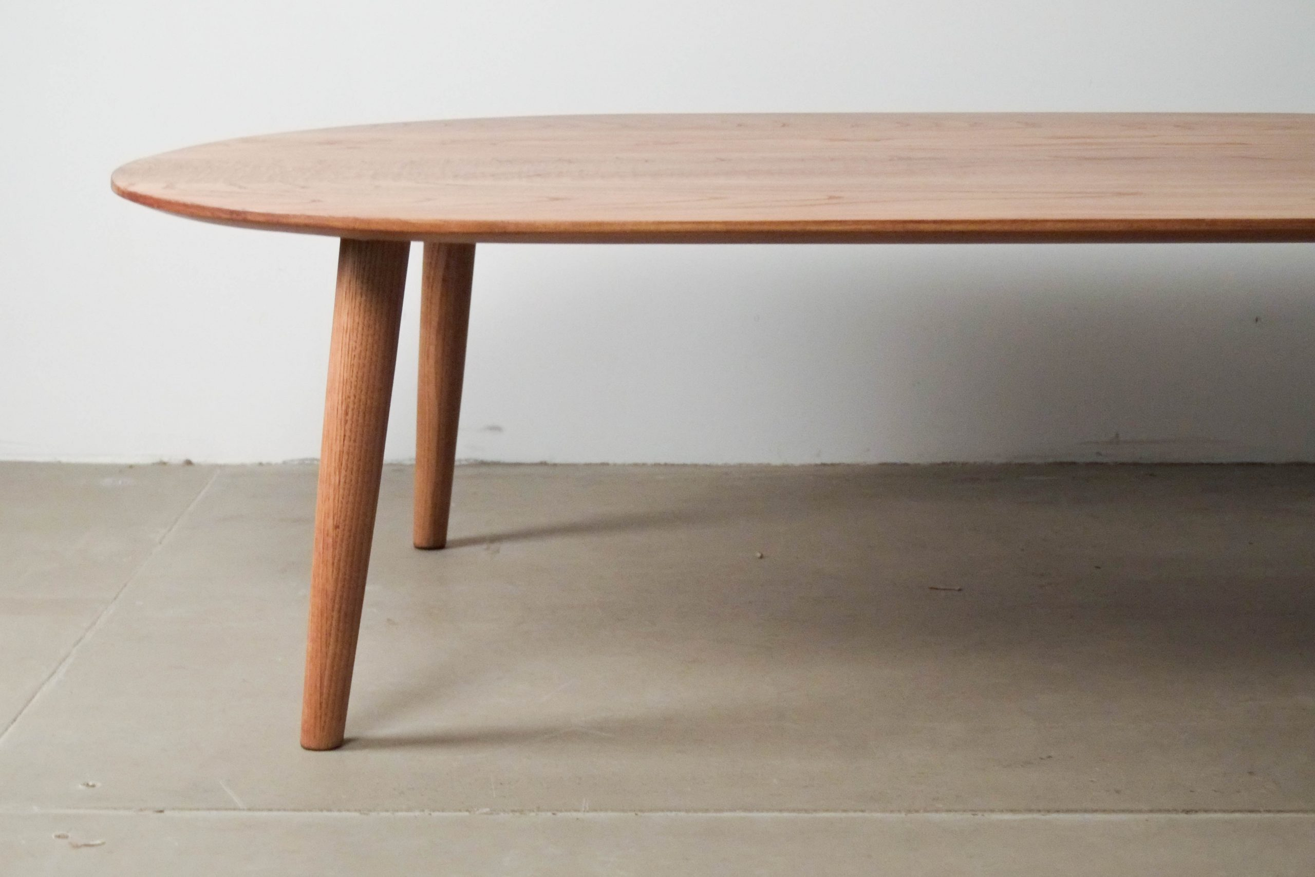 mesa de madera pata redondeada biselada
