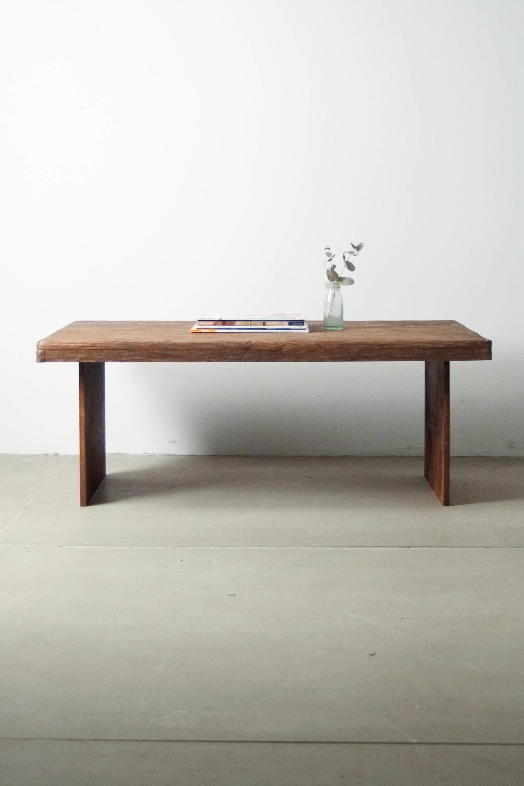 vista general frontal mesa baja de diseño hecha a mano salon