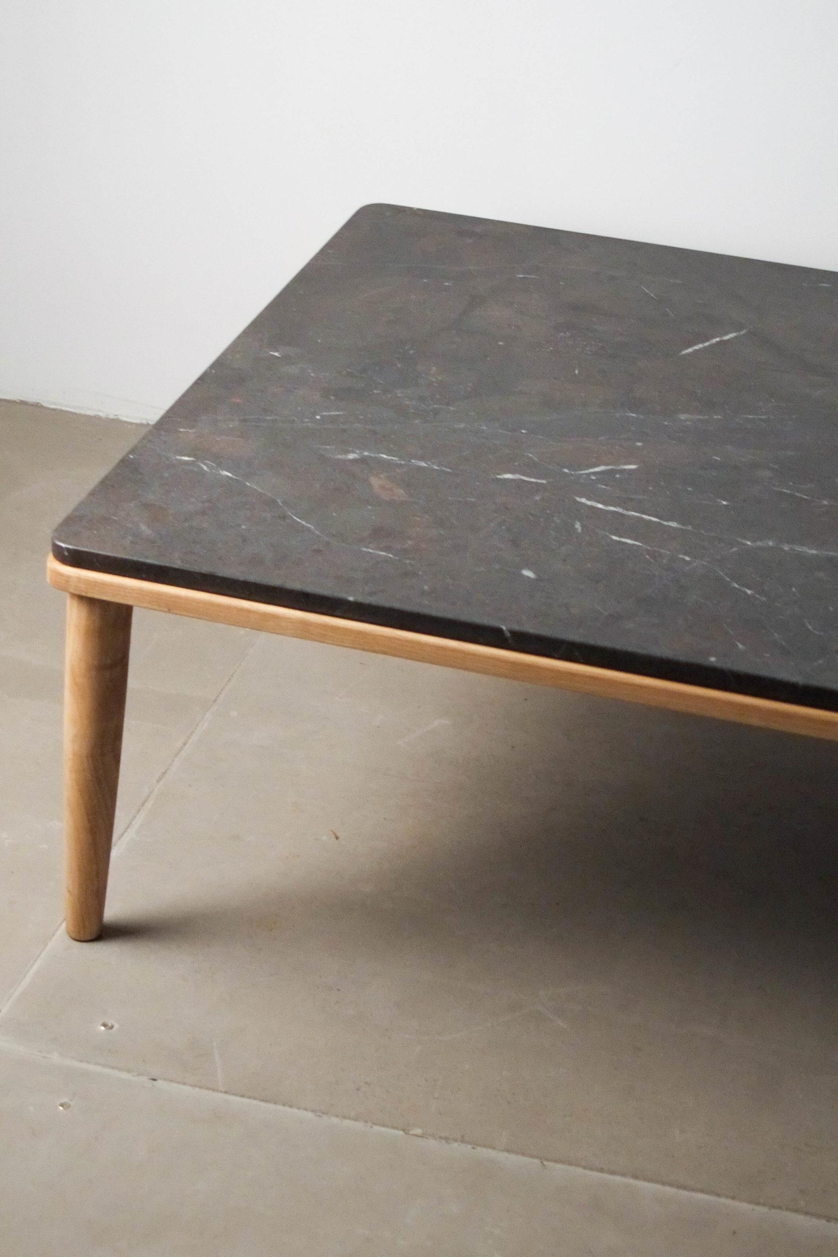 detalle de mesa esquina madera y marmol