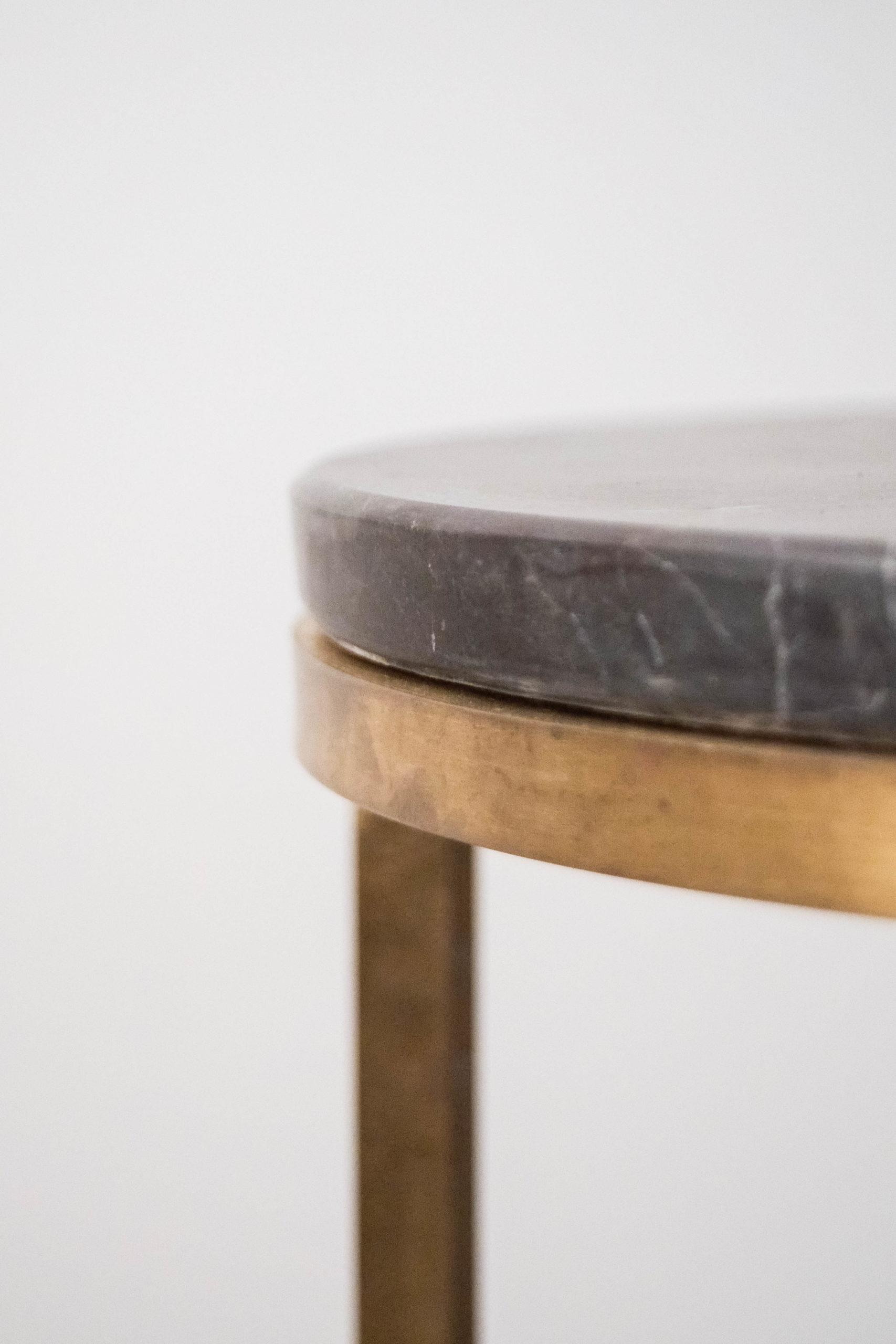 mesa de marmol y laton