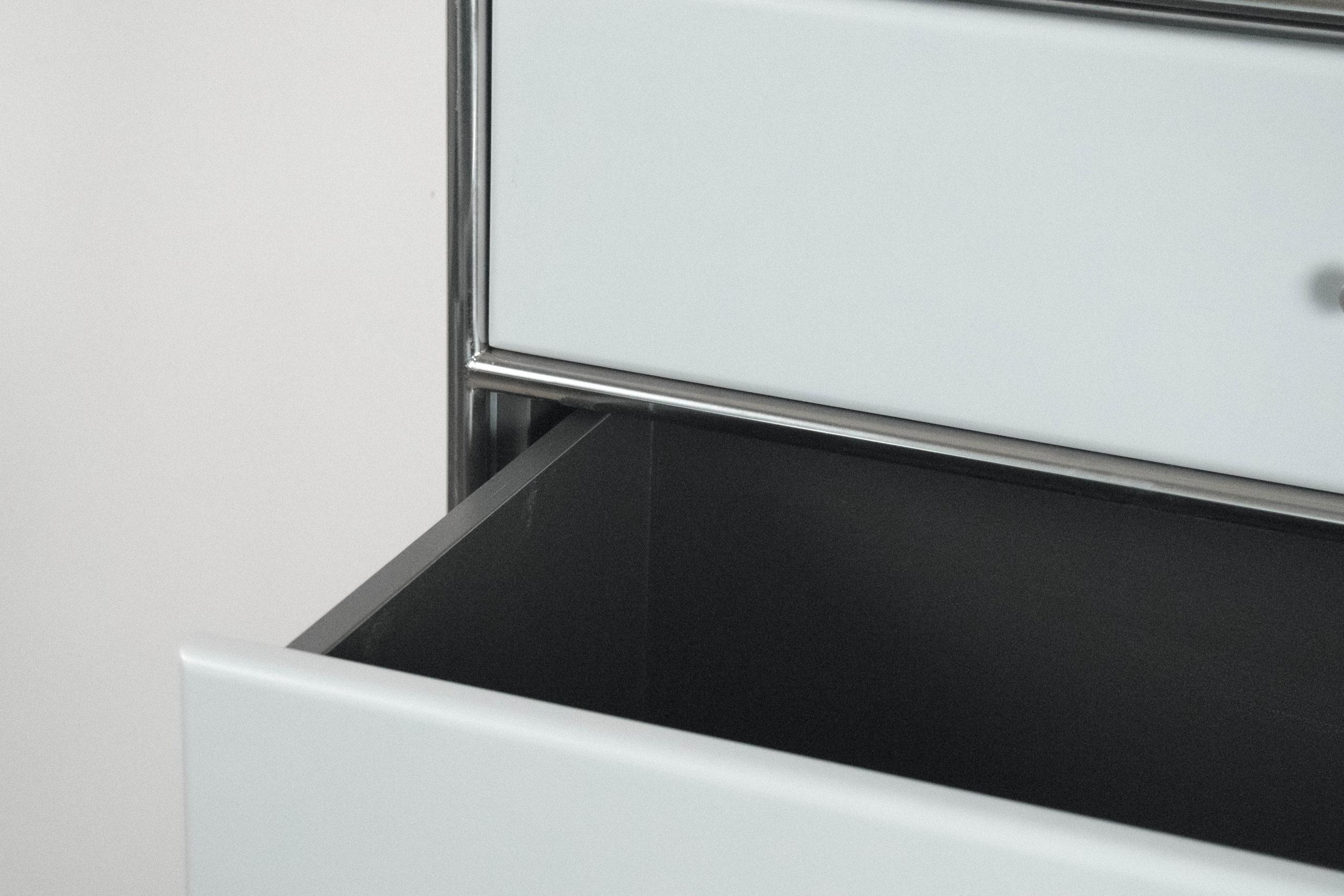 detalle de cajon puerta abierta colo negro gris inox