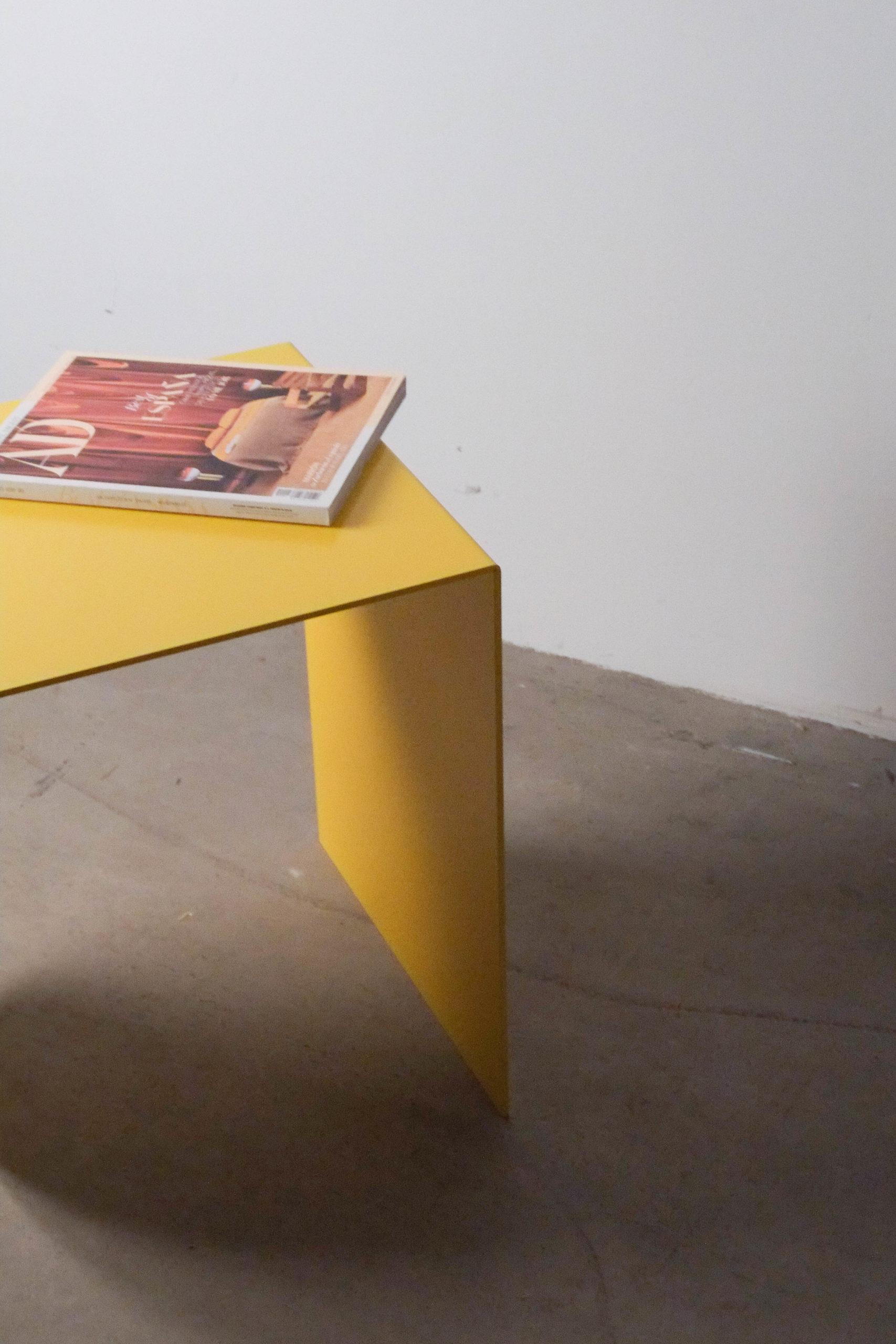 mesita amarilla de metal