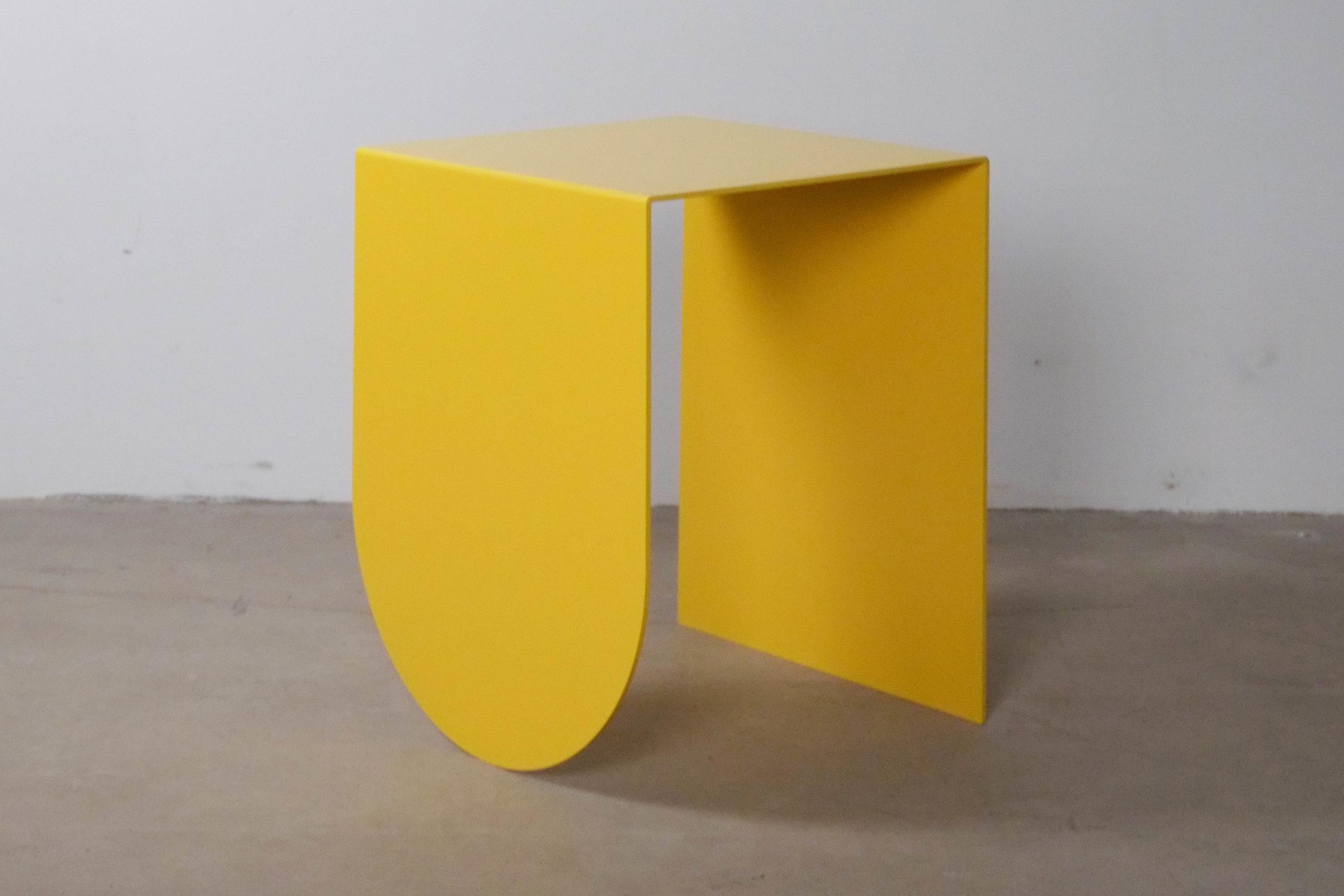 mesita amarilla de hierro